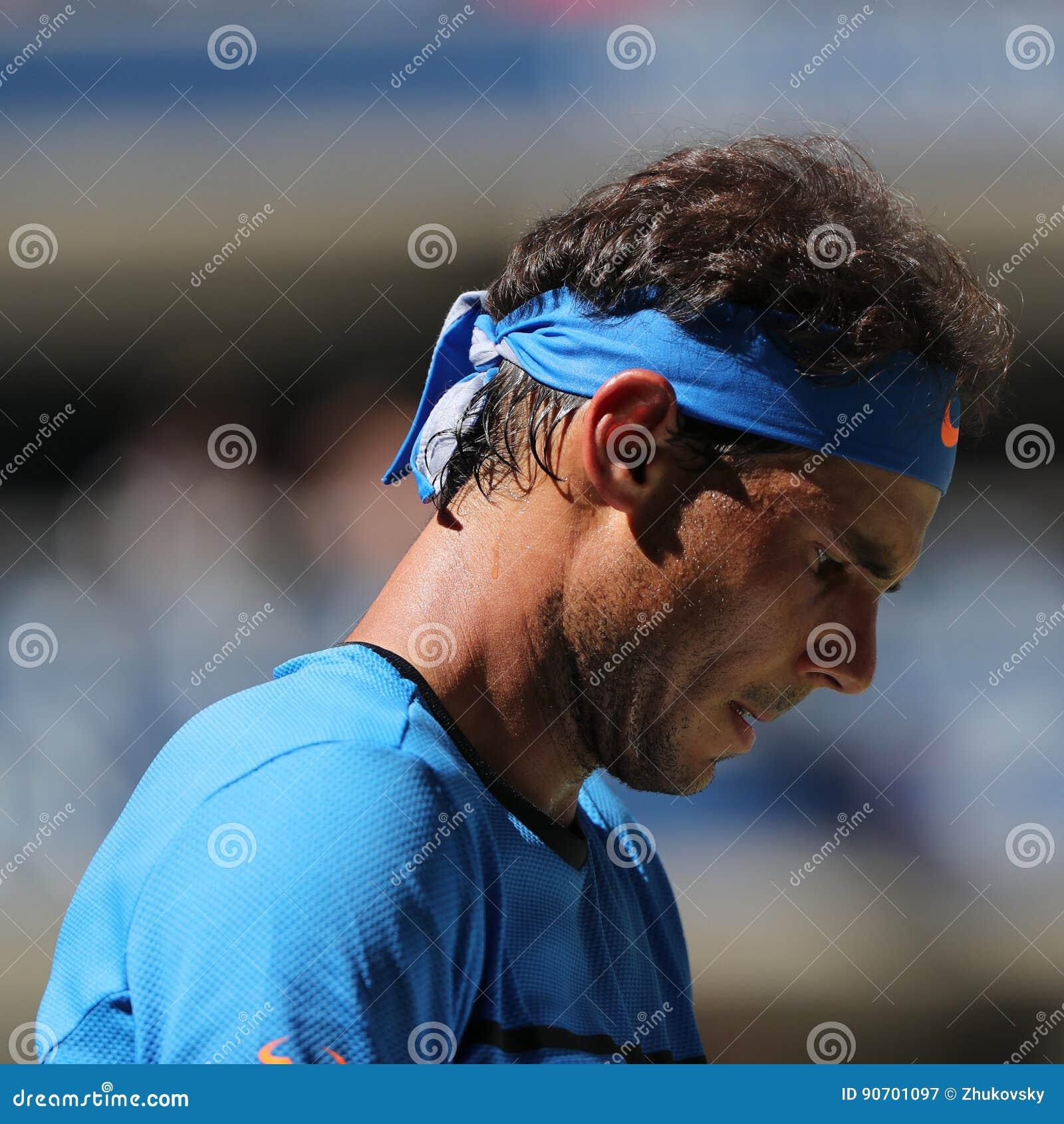 Campeão Rafael Nadal do grand slam da Espanha na ação durante seu fósforo do círculo do US Open 2016 primeiramente