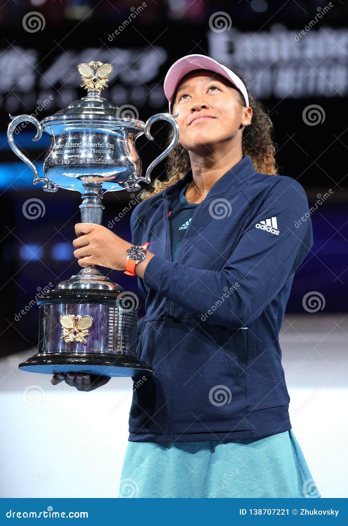 Campeón Naomi Osaka de Grand Slam de Japón que presenta con el trofeo de Abierto de Australia después de su victoria en partido f