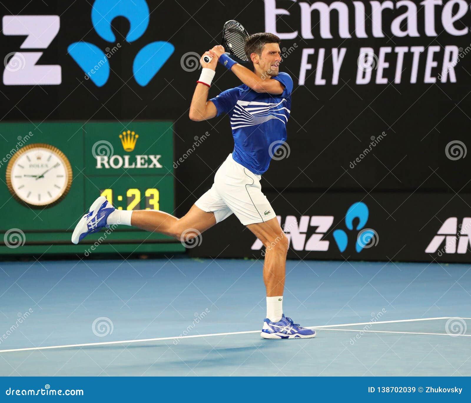 Campeón Novak Djokovic de Grand Slam de 14 veces en la acción durante su partido de semifinal en Abierto de Australia 2019 en el