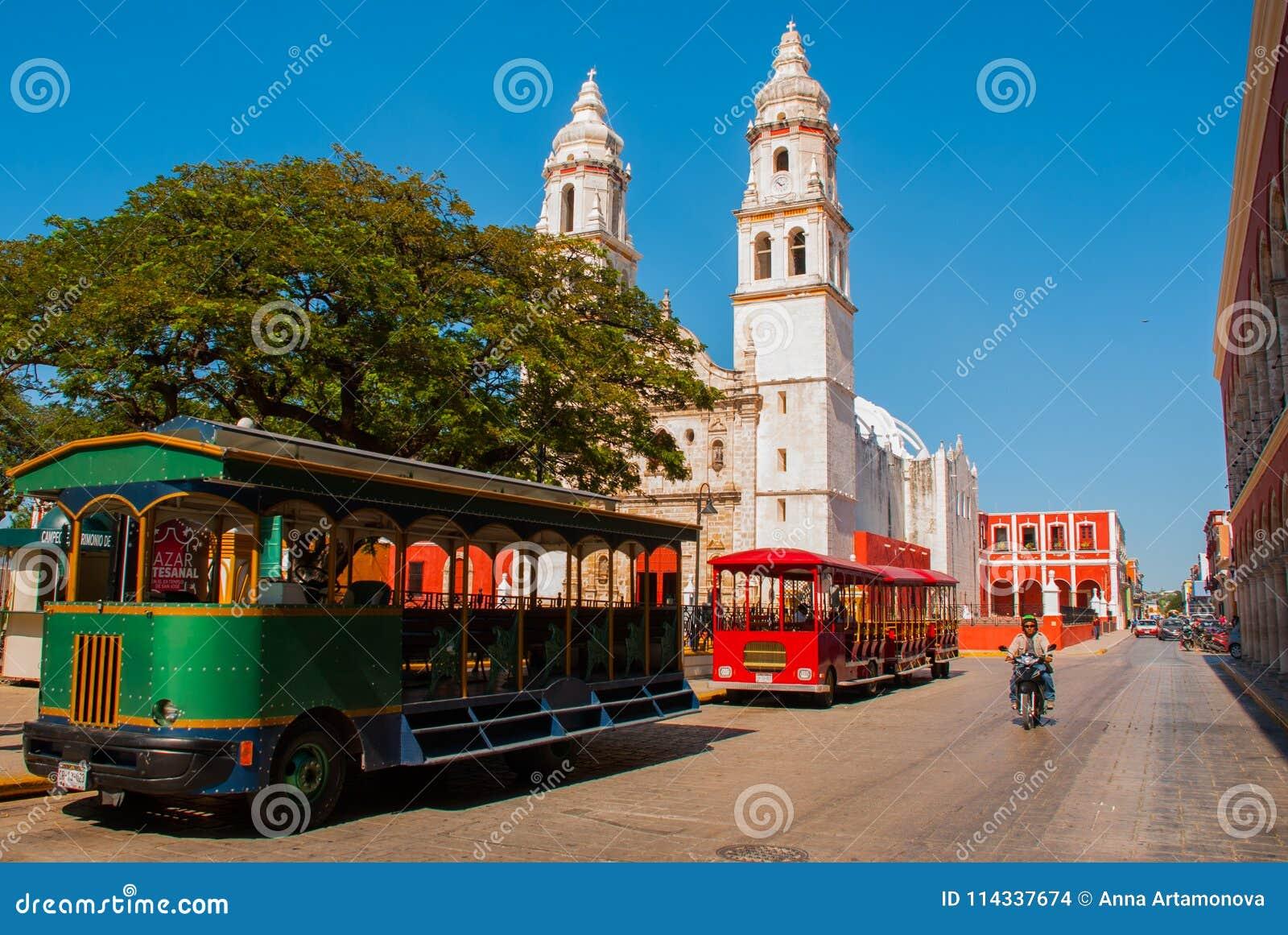 Campeche, Messico: Plaza di indipendenza, treni del turista e cattedrale sul lato opposto del quadrato Città Vecchia di San Franc