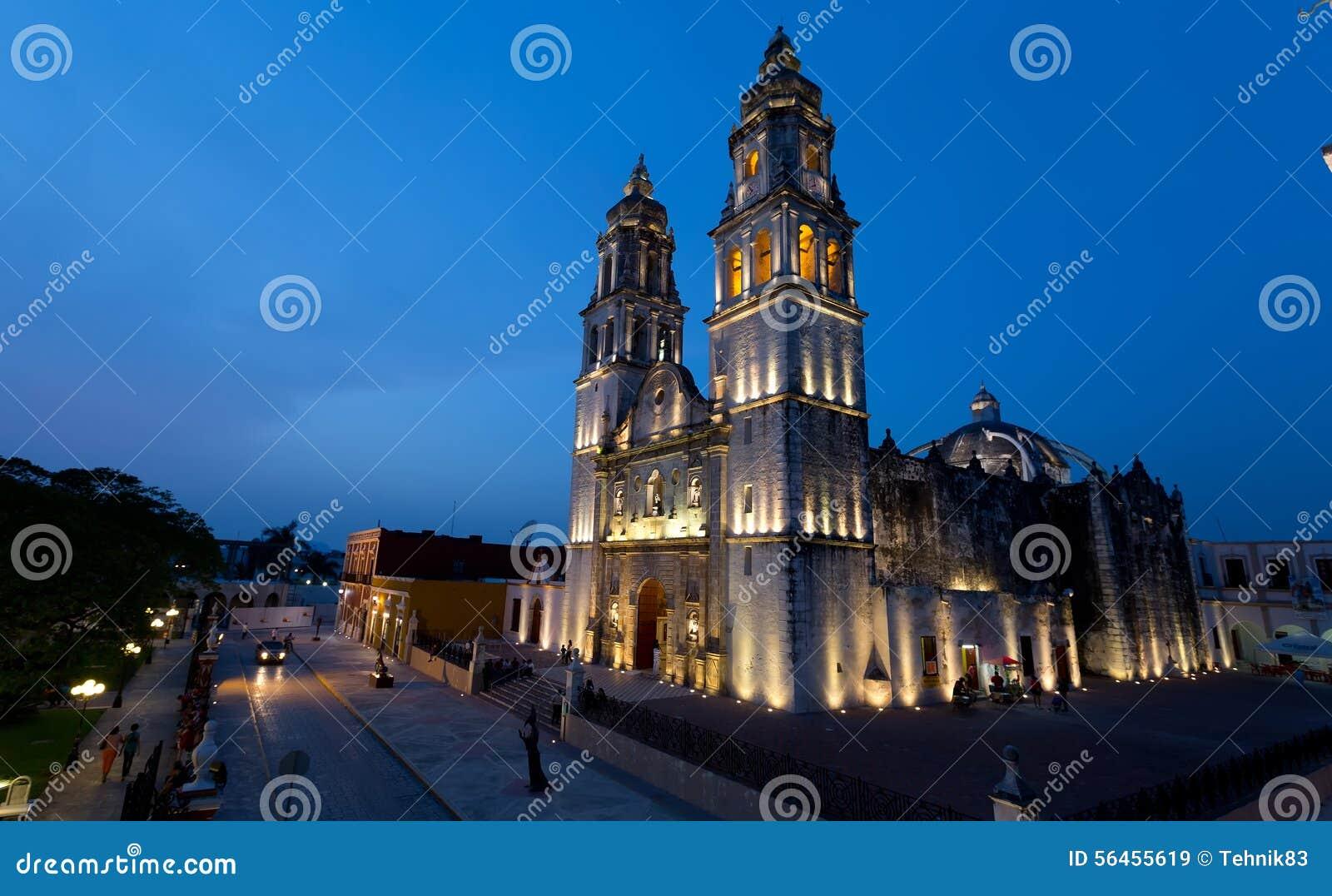 CAMPECHE, MEXIKO - JUNI 30,2014: Nachtansicht des Hauptplatzes und der Kathedrale in Campeche