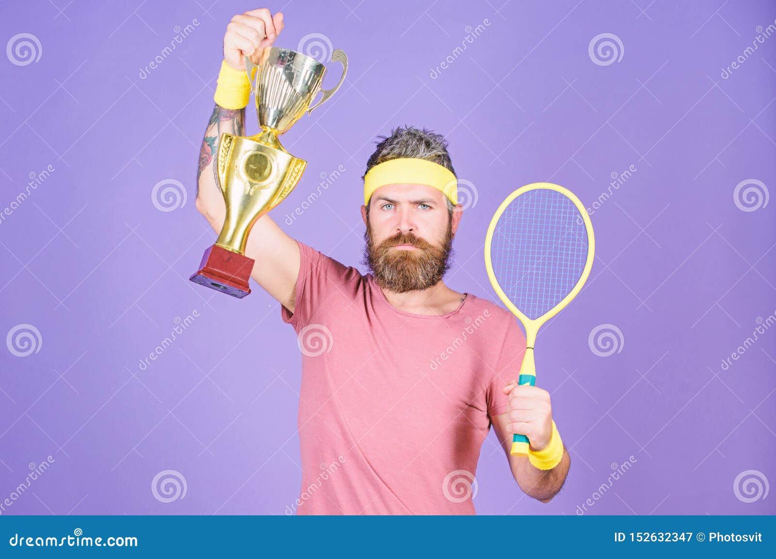 Campeonato da vit?ria do jogador de t?nis Raquete de t?nis da posse do atleta e c?lice dourado Equipamento farpado do esporte do