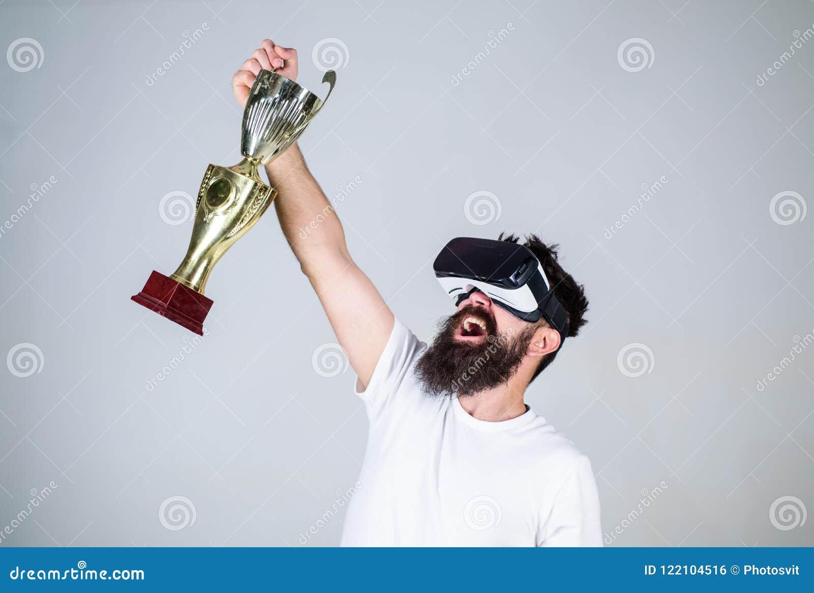 Campeonato em linha Os auriculares farpados do vr do moderno do homem guardam o cálice dourado Vitória da sensação em jogos da re