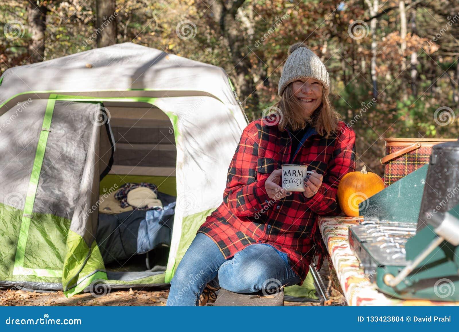 Camping de chute avec du café dans le matin