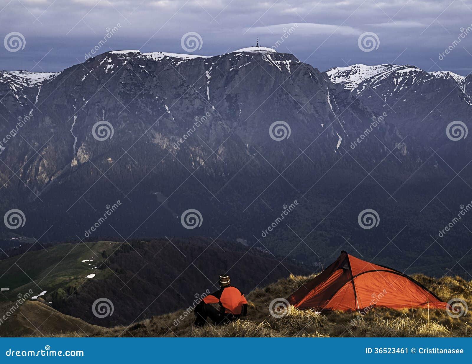 Camping de randonneur à travers la vallée et les montagnes massives de falaise.