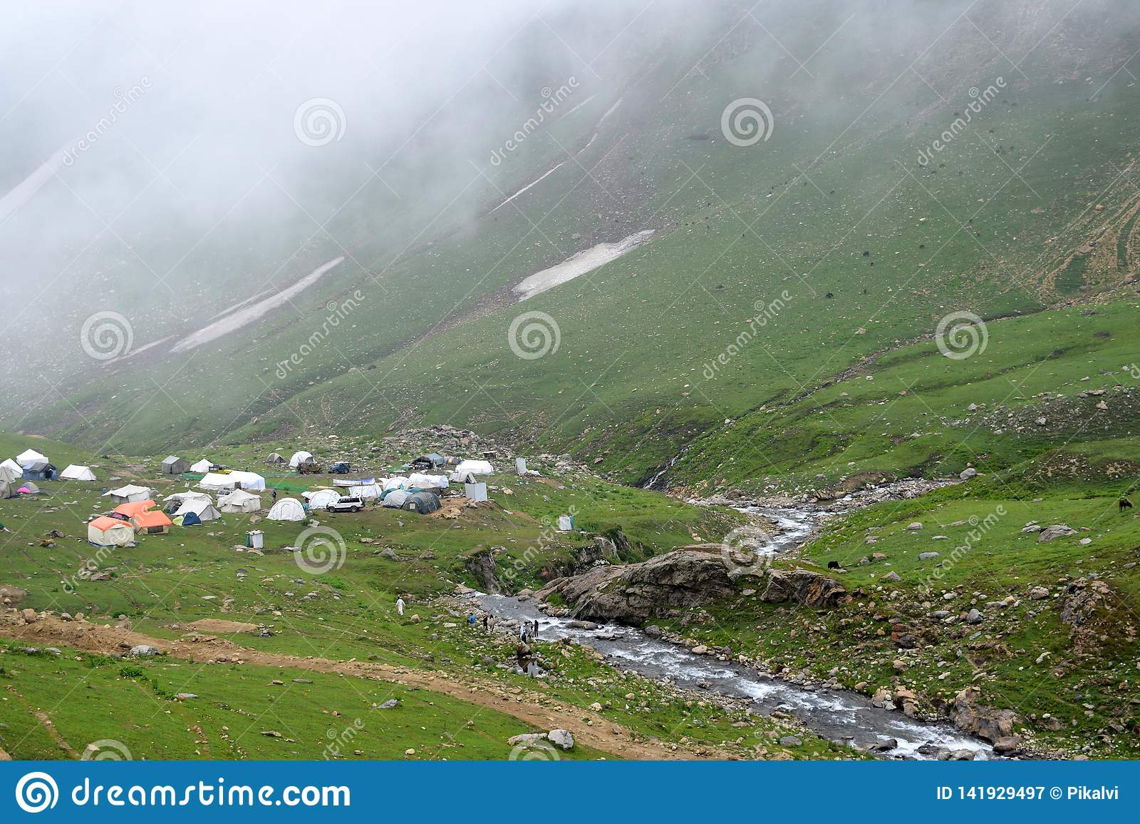 Campingplatz neben Nebenfluss und Hügeln