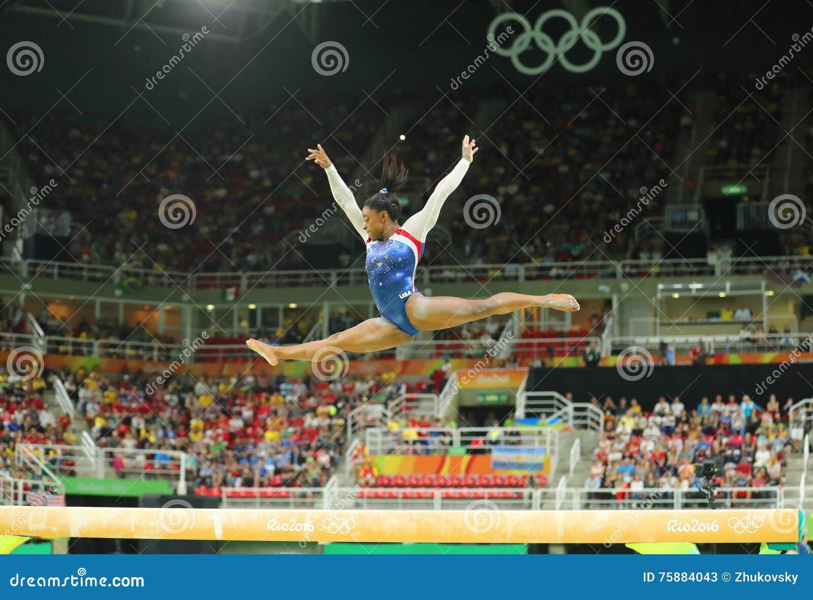 Campione olimpico Simone Biles degli Stati Uniti che fanno concorrenza sul fascio di equilibrio alla ginnastica completa delle do
