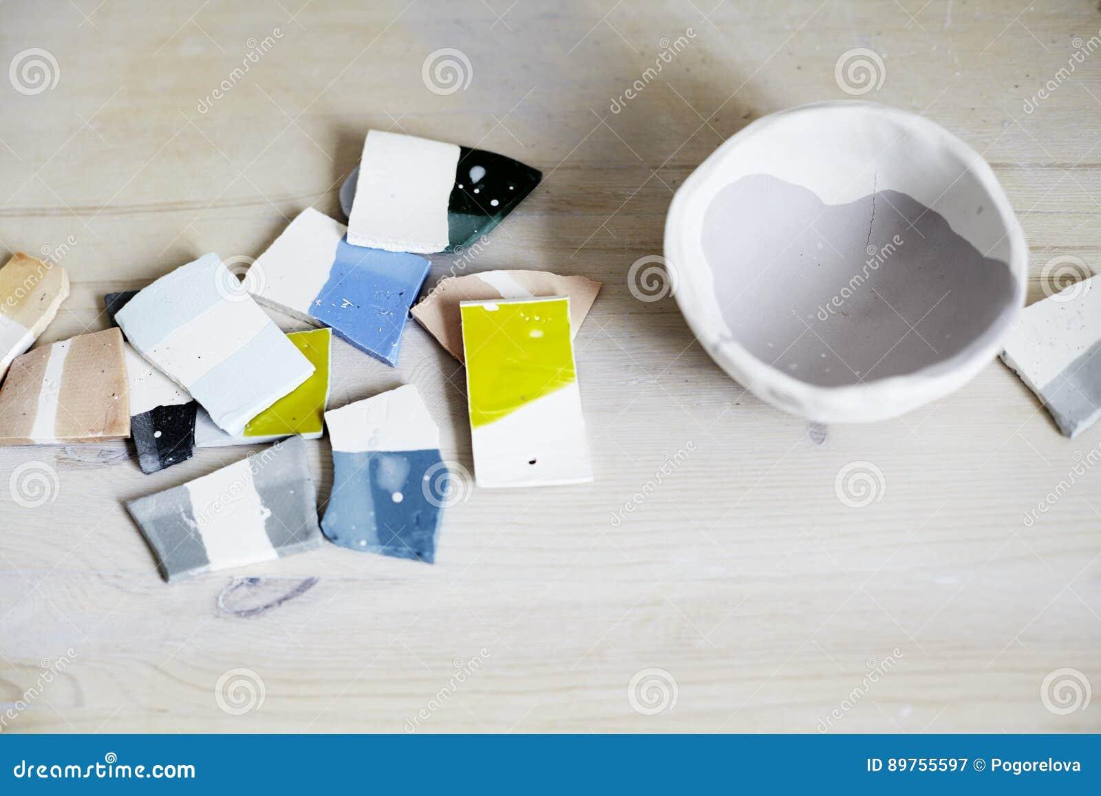 Campioni di smalto colorato per ceramica, pezzi ceramici, officina in studio, lavoro del a mano mestiere