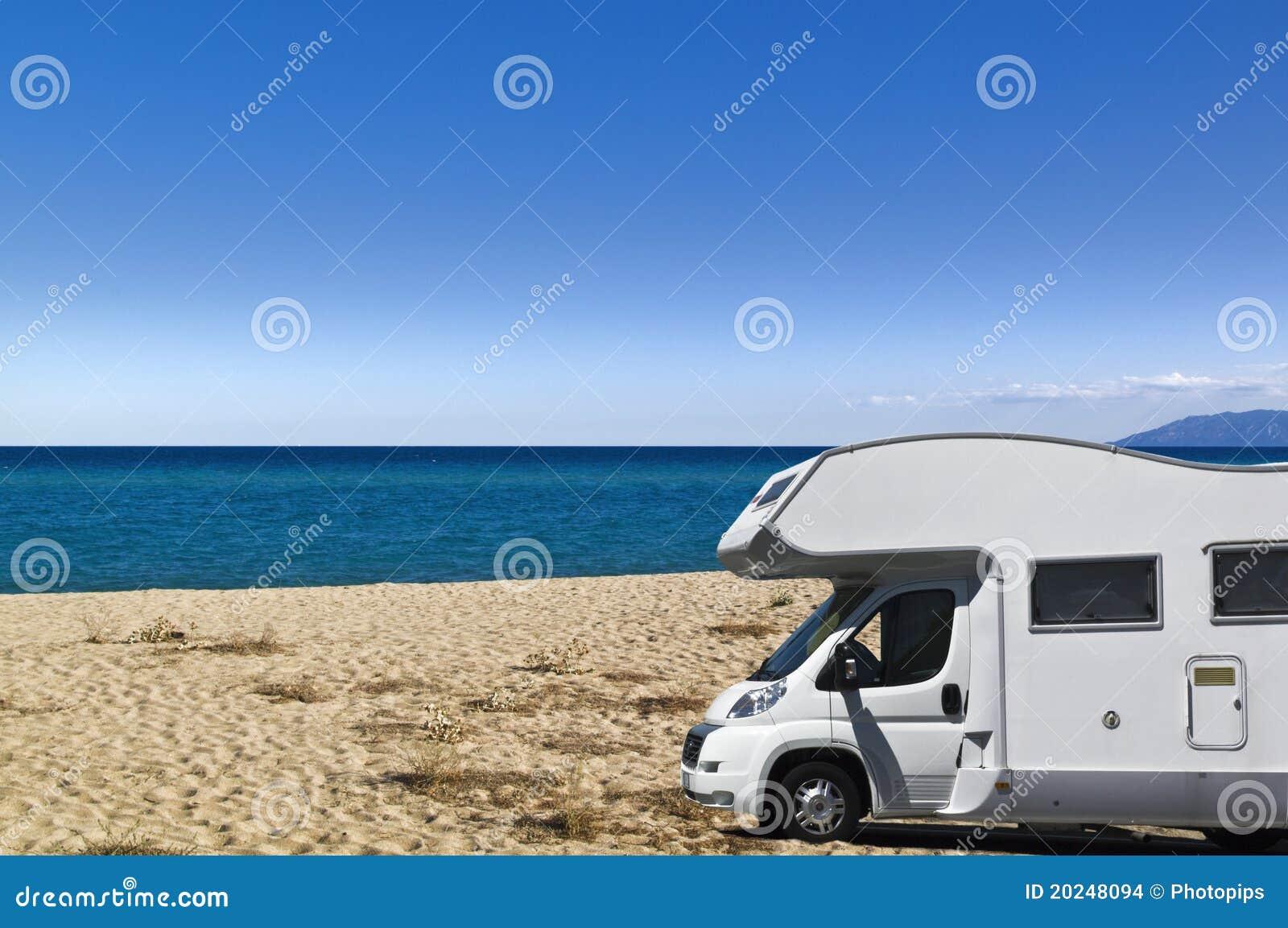 Campista en la playa