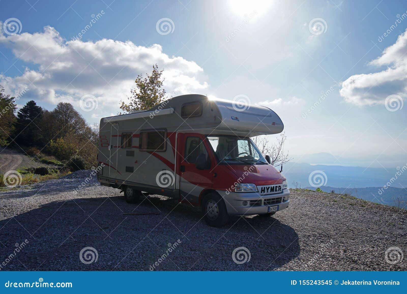 Campista vermelho estacionado na montanha perto de Steni Dirfyos na parte central da ilha de Euboea