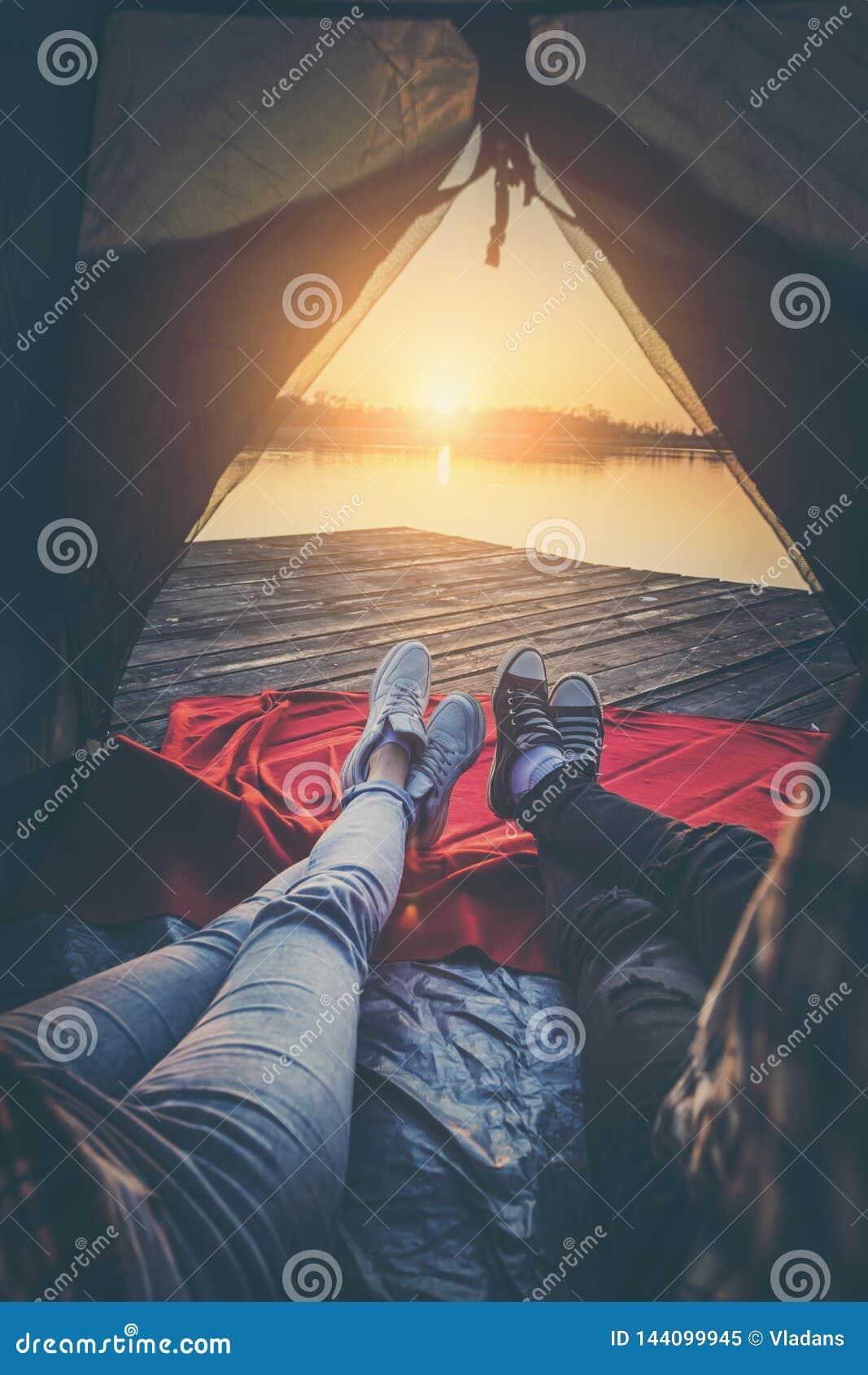Campistas que apreciam o por do sol
