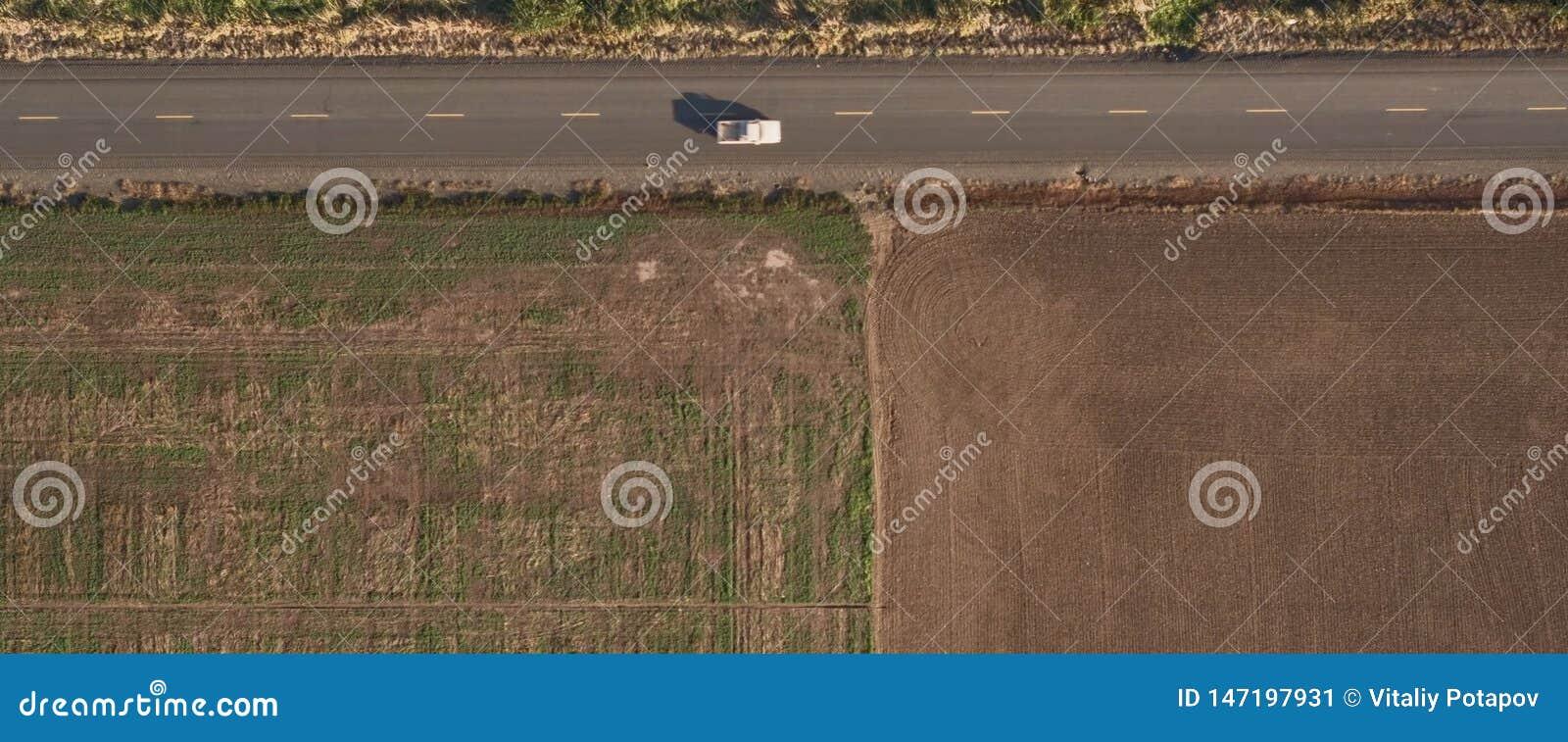 Campo arado a lo largo del camino, visión superior
