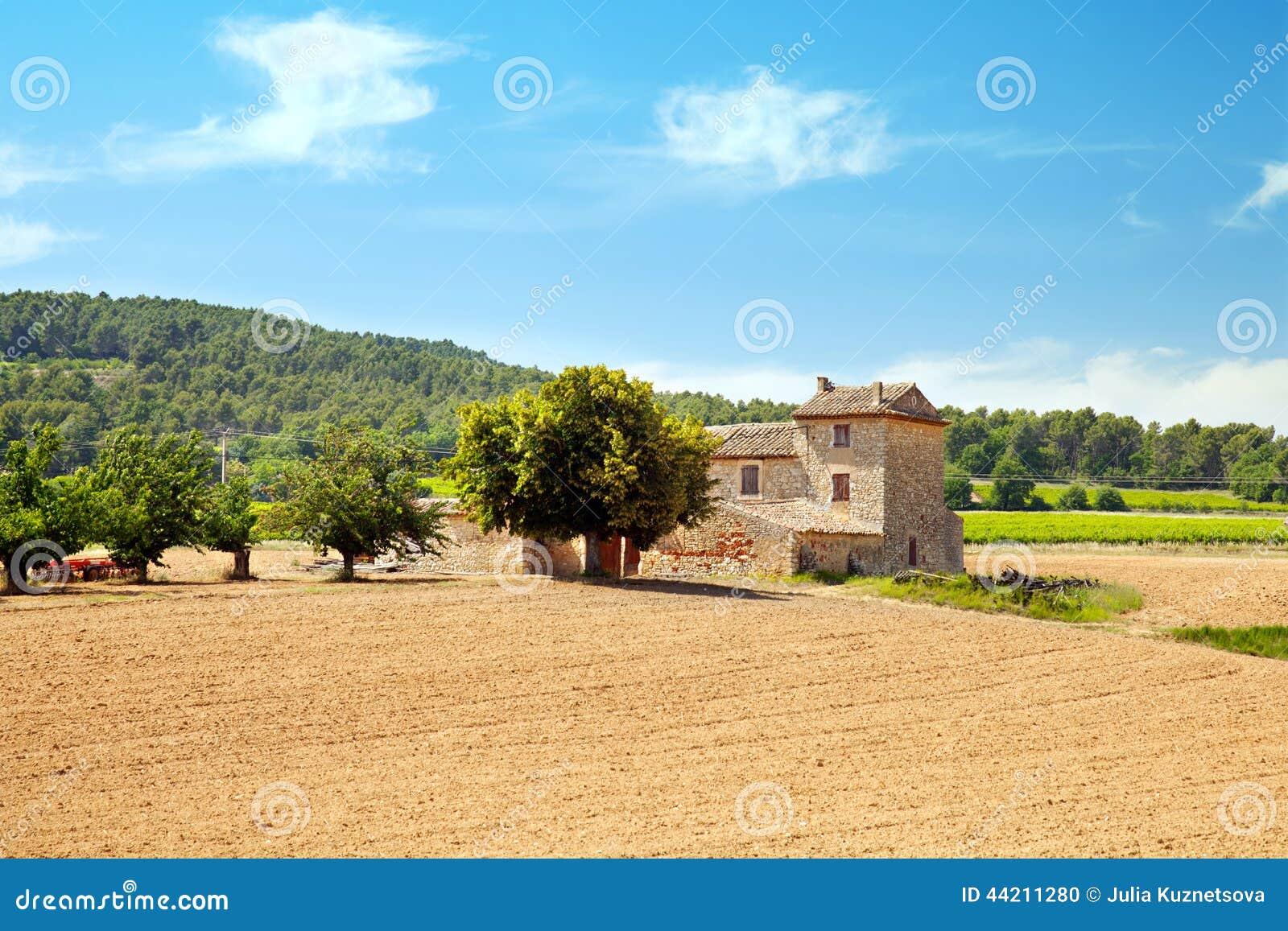 Campo arato con gli alberi da frutto alla casa for Casa tradizionale mogoro