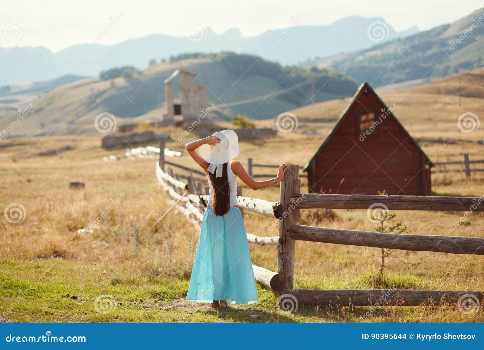 Campo atractivo del viaje de la mujer solamente
