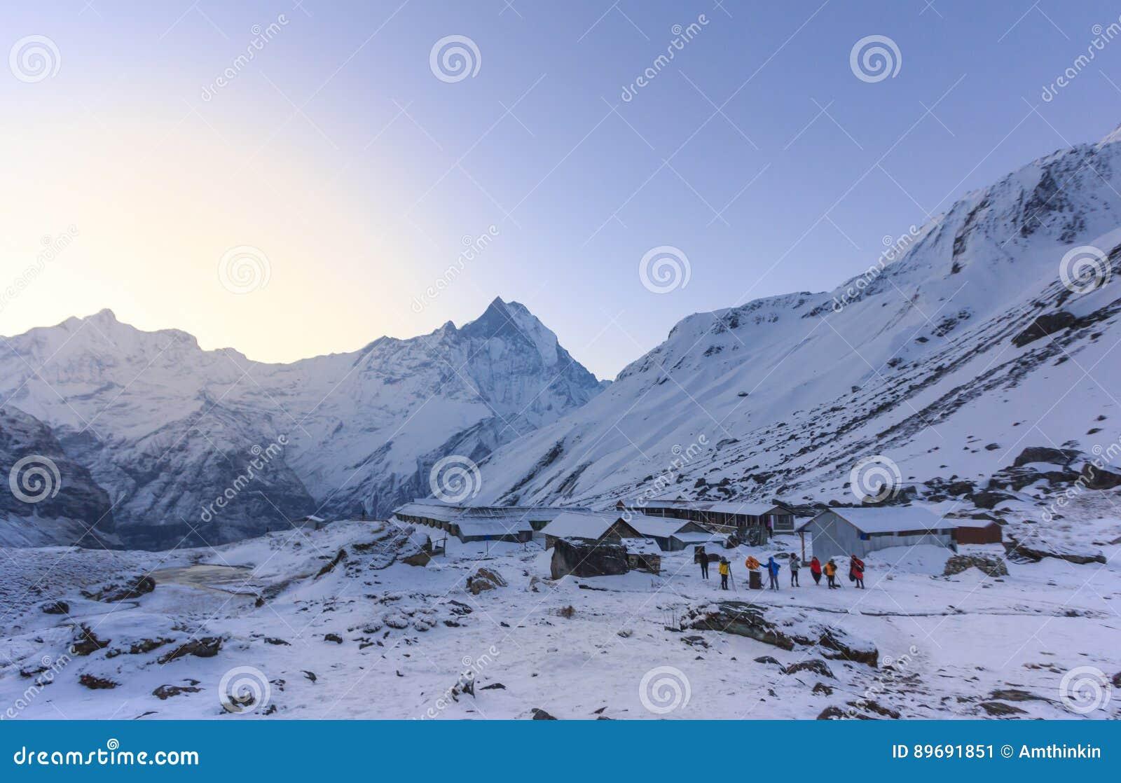 Campo bajo de la montaña de la nieve de Himalaya Annapurna, Nepal