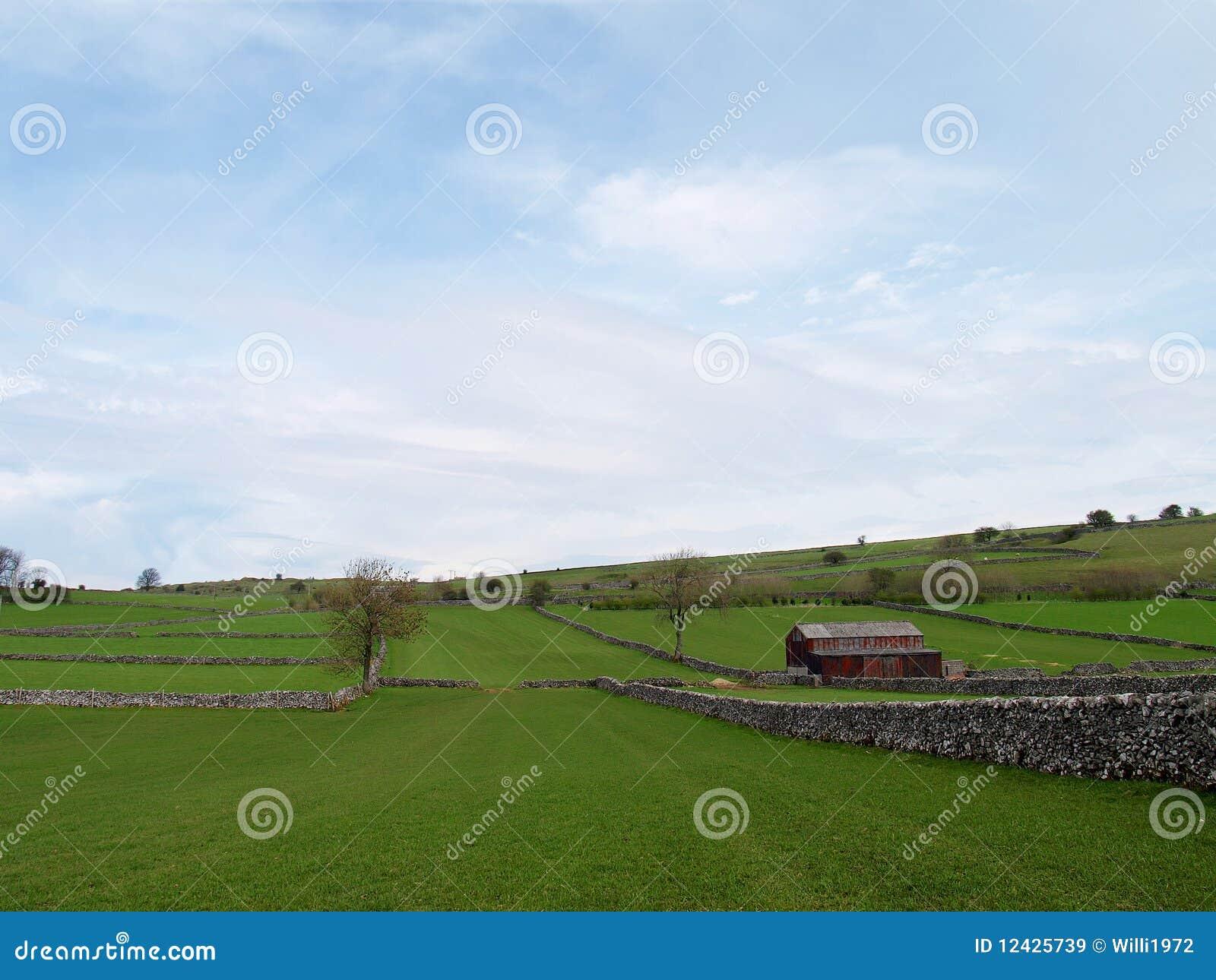 Campo com celeiro