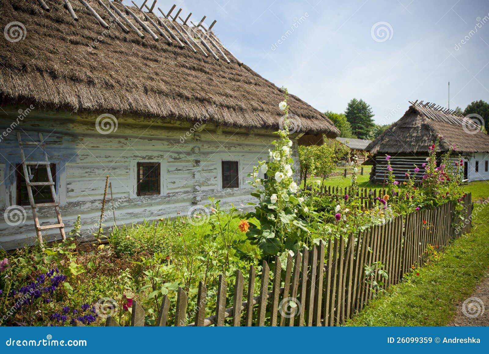 Campo con las casas de madera viejas imagen de archivo - Casas de campo madera ...