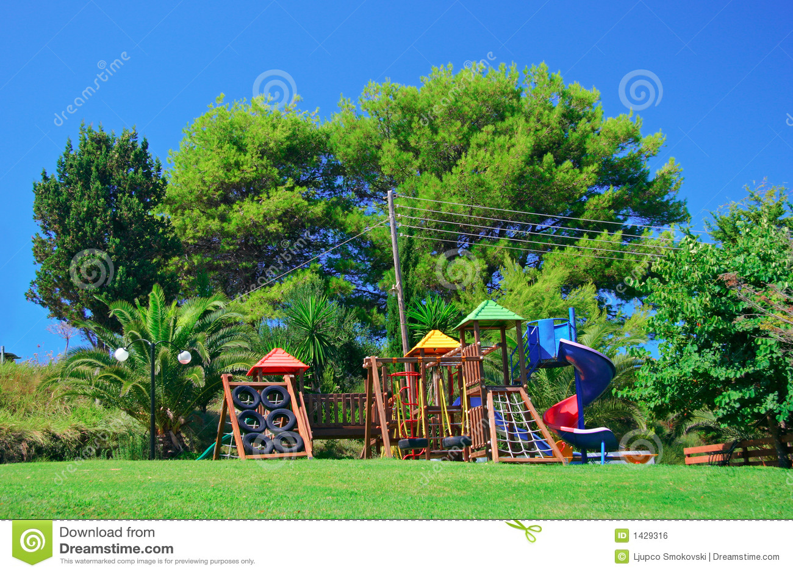 Campo da gioco per bambini in una sosta