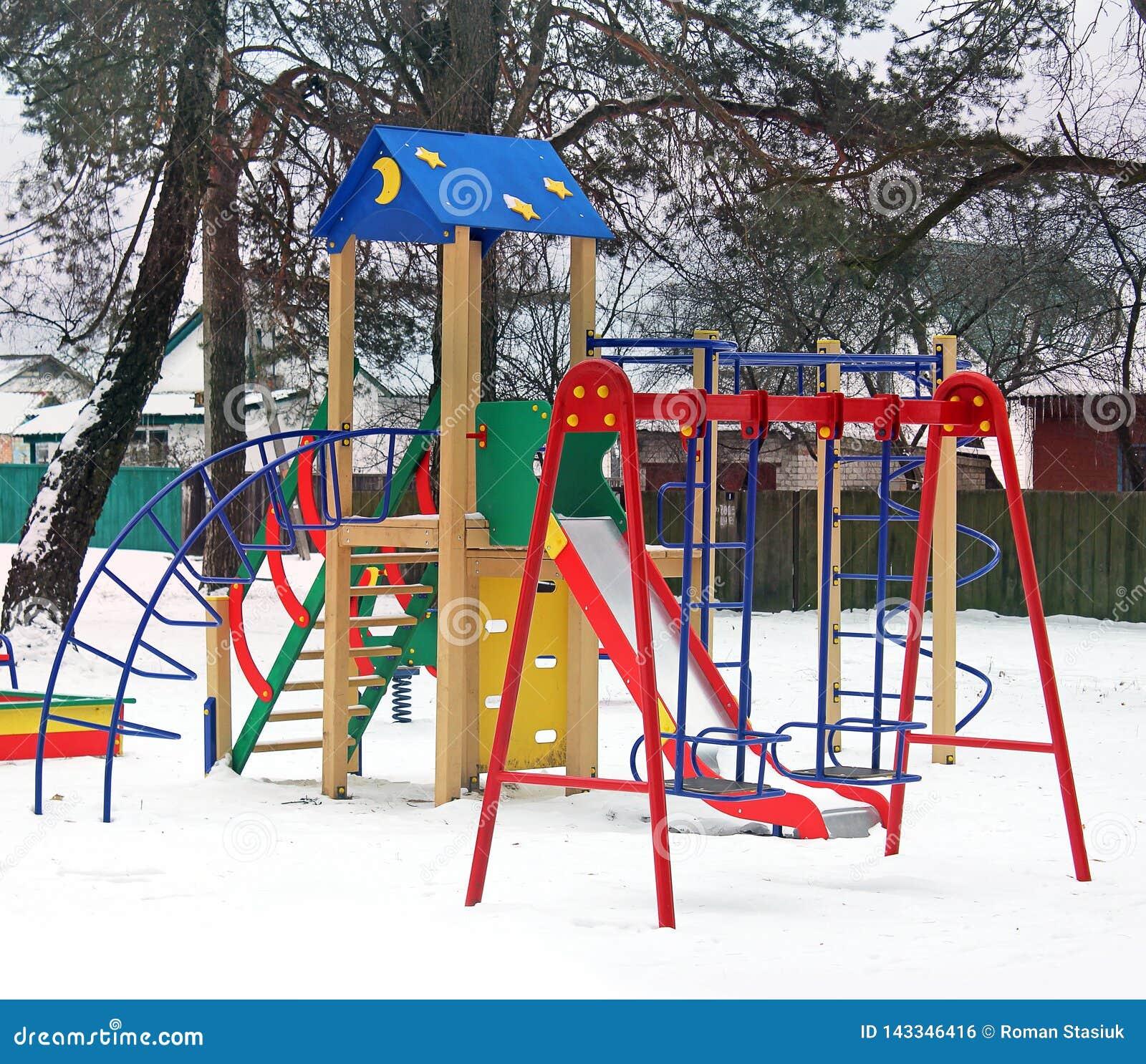 Campo da giuoco nell inverno Il campo da gioco per bambini nella neve Oscillazione del ` s dei bambini