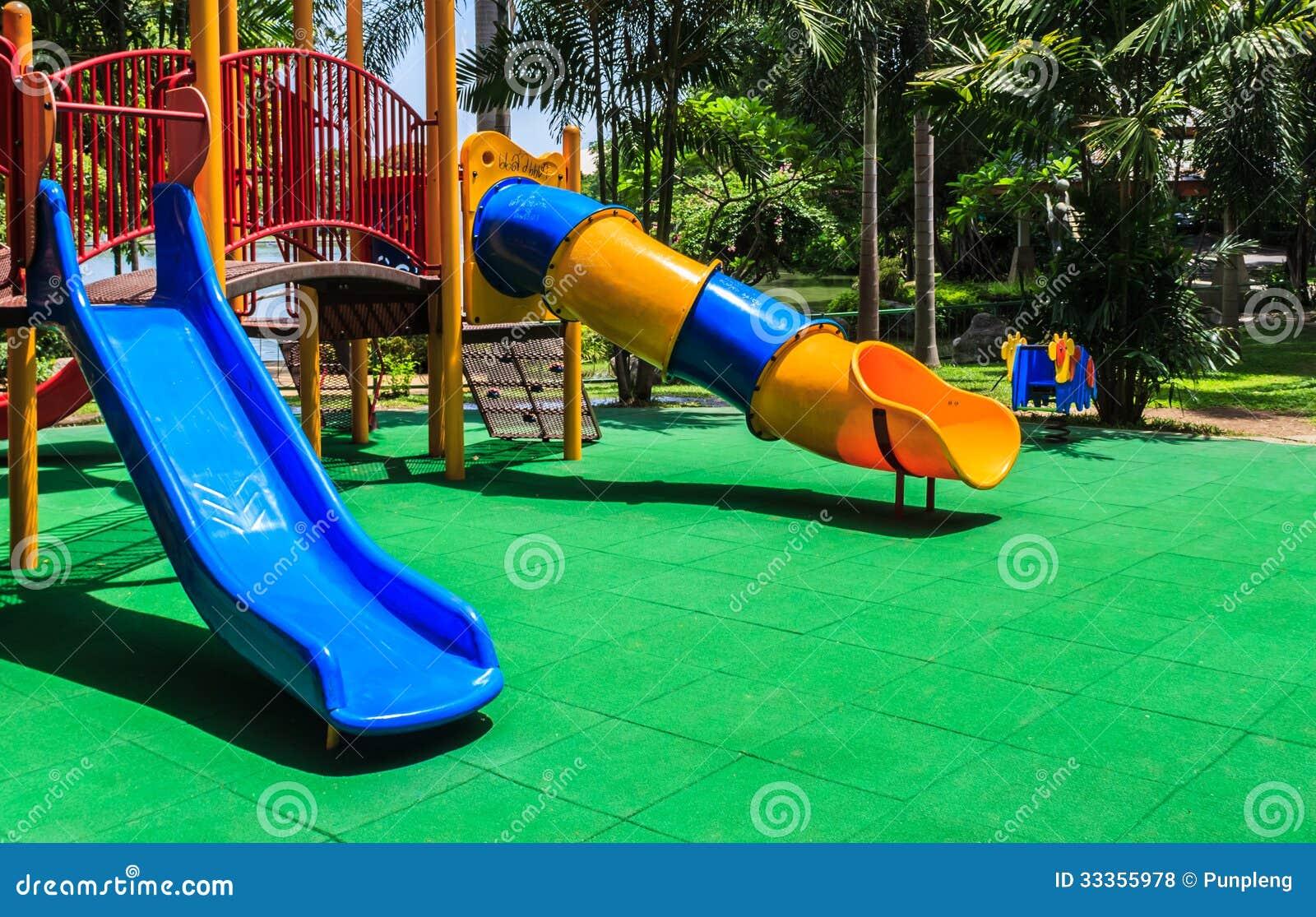 Pavimento In Gomma Per Bambini : Campo da giuoco variopinto con il pavimento di gomma elastico
