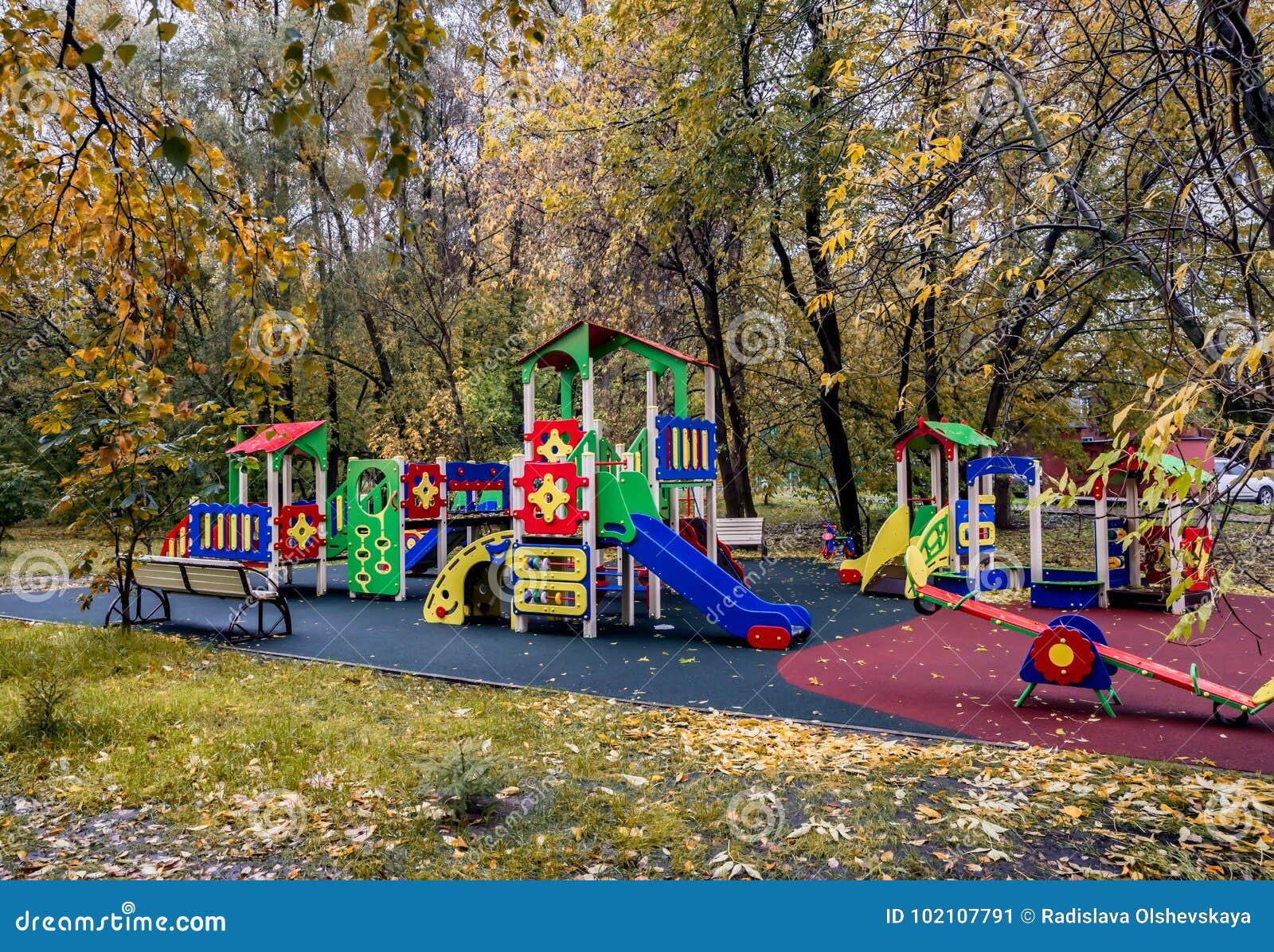 Campo da giuoco vuoto del ` s dei bambini in autunno
