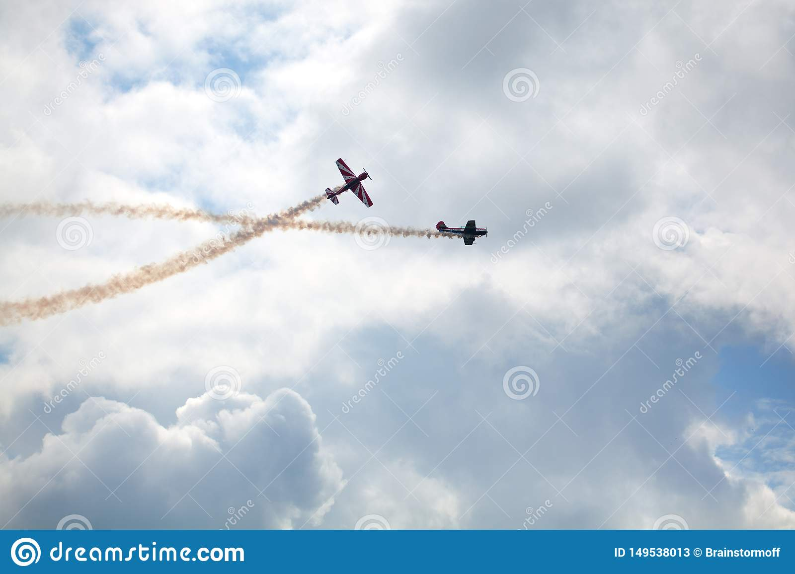 Campo de aviación de Mochishche, salón aeronáutico local, dos Yak-52, equipo aeroacrobacia 'cielo abierto ', Barnaul, en el cielo
