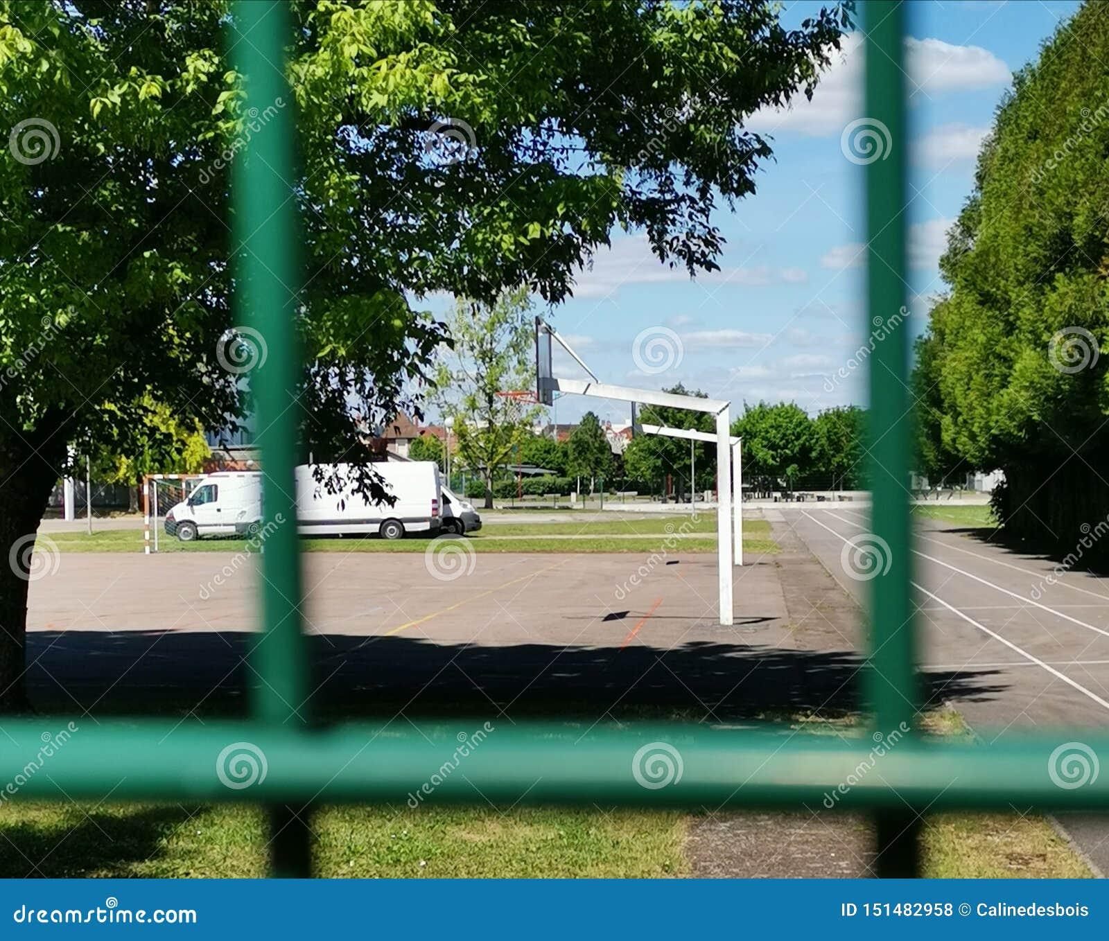 Campo de básquete atrás de uma cerca em france