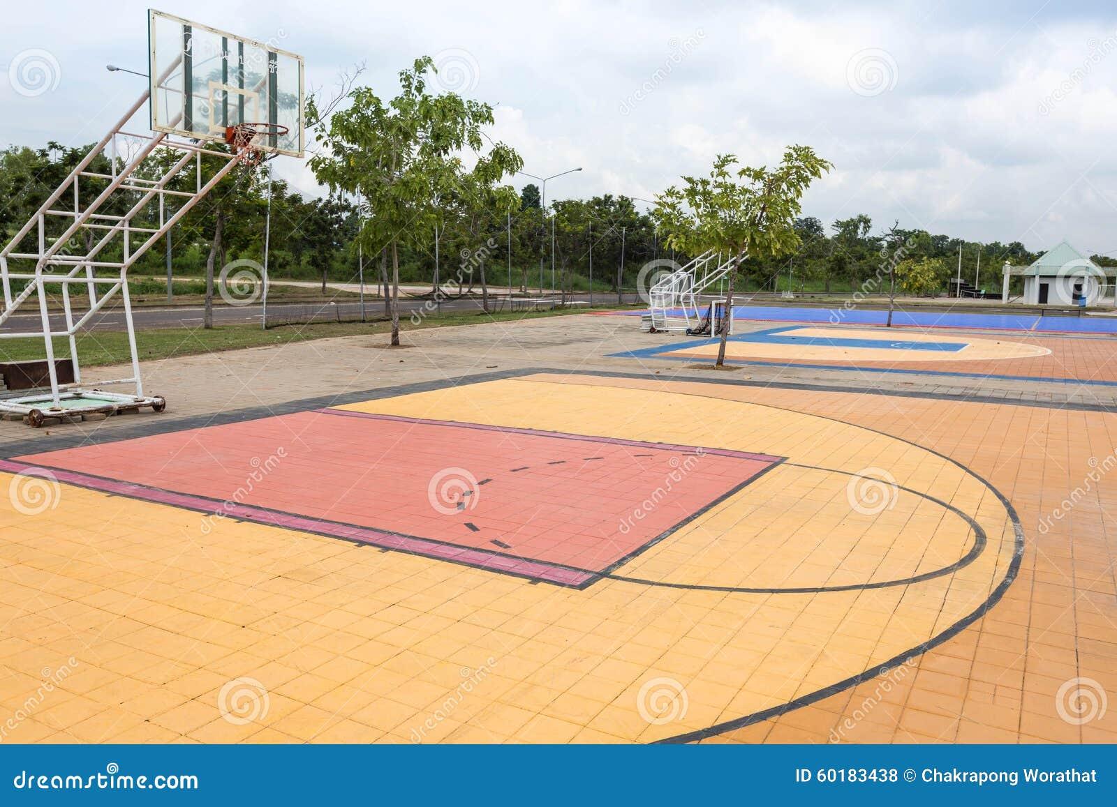 Campo de básquete exterior da rua