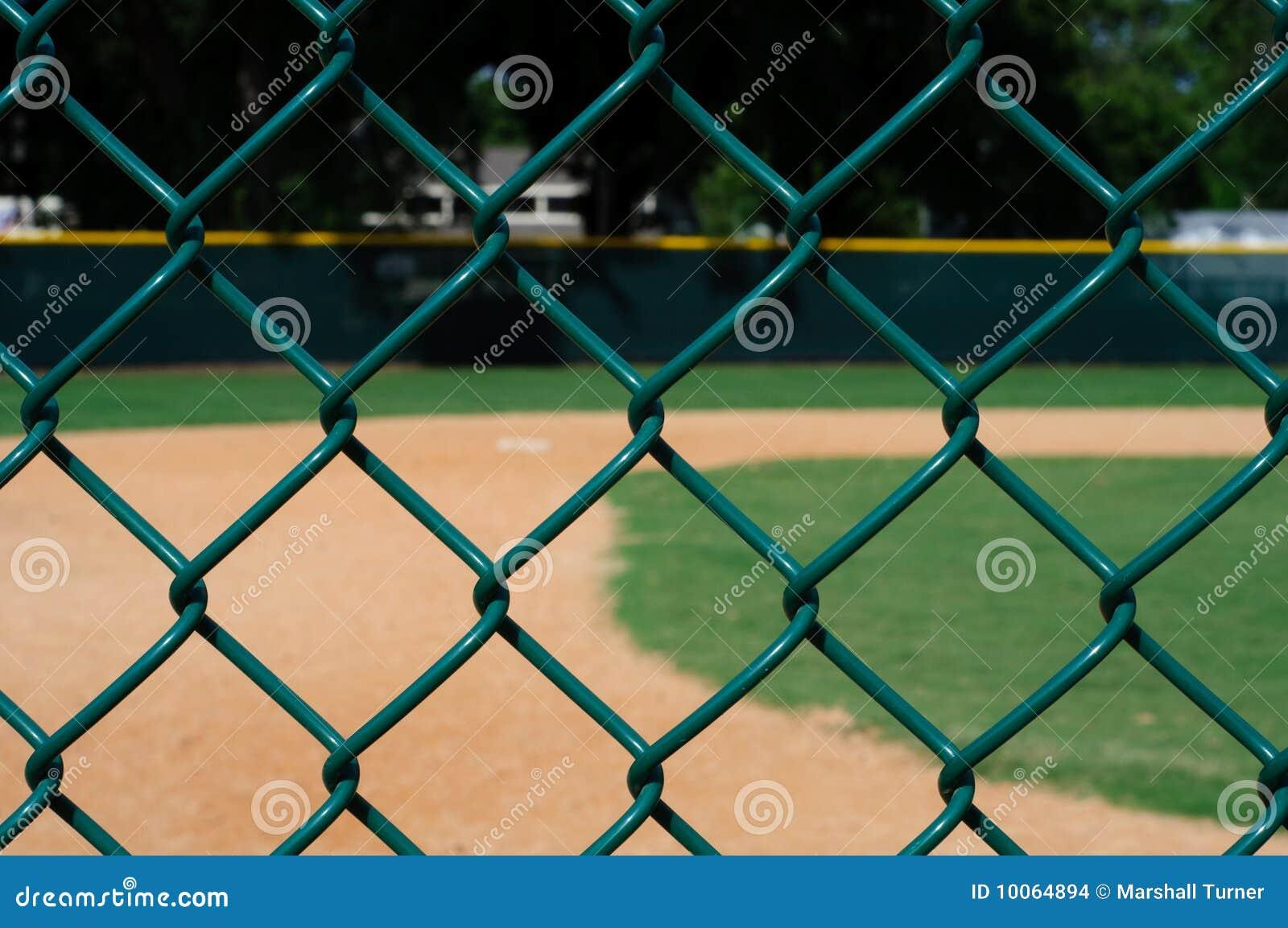 Campo de basebol vazio através da cerca