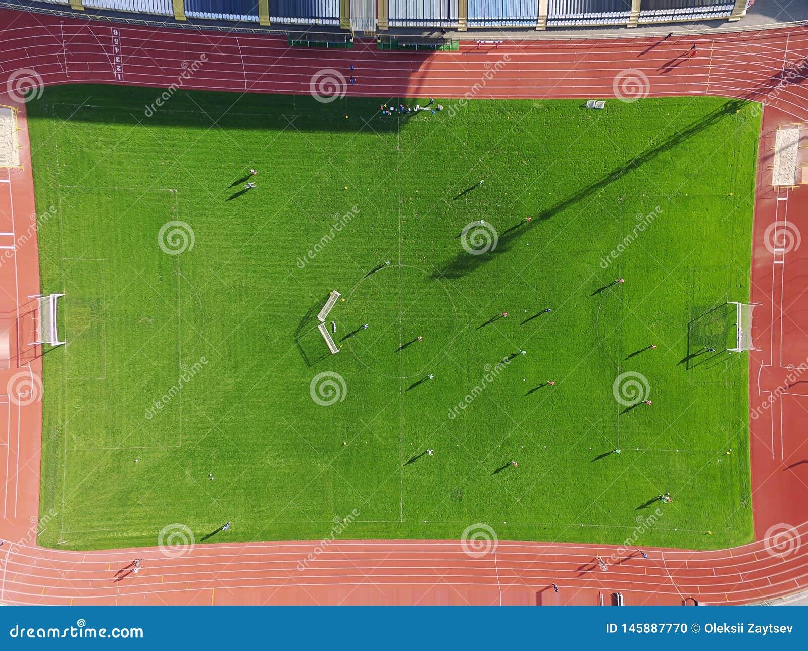 Campo de fútbol real - top abajo de la visión aérea