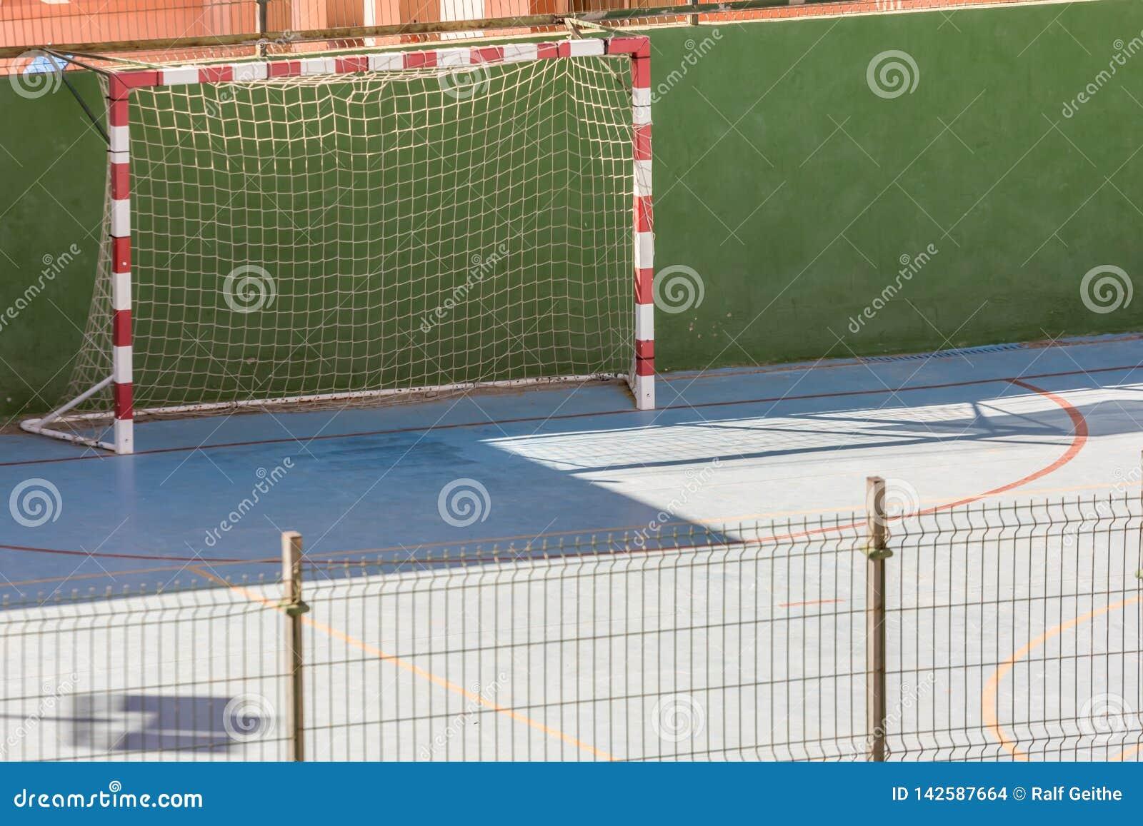 Campo de futebol em uma cidade para esportes em uma corte dura