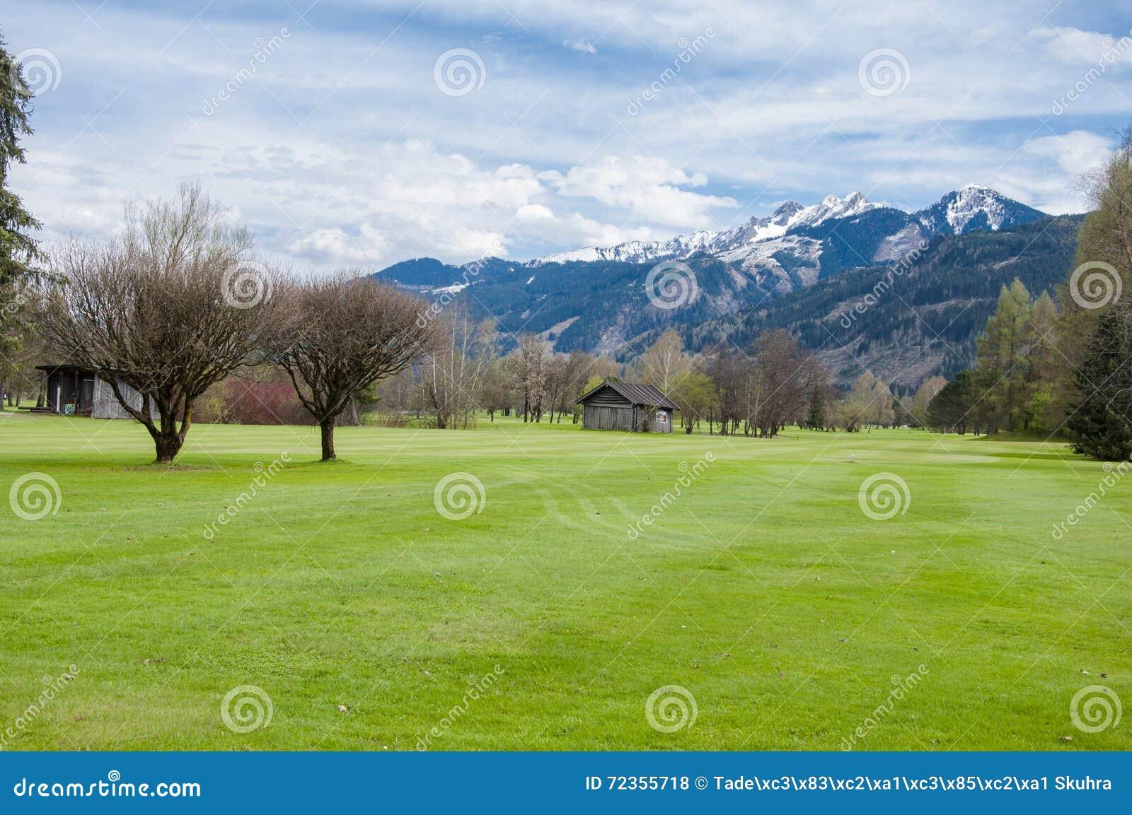 Campo de golf en montañas
