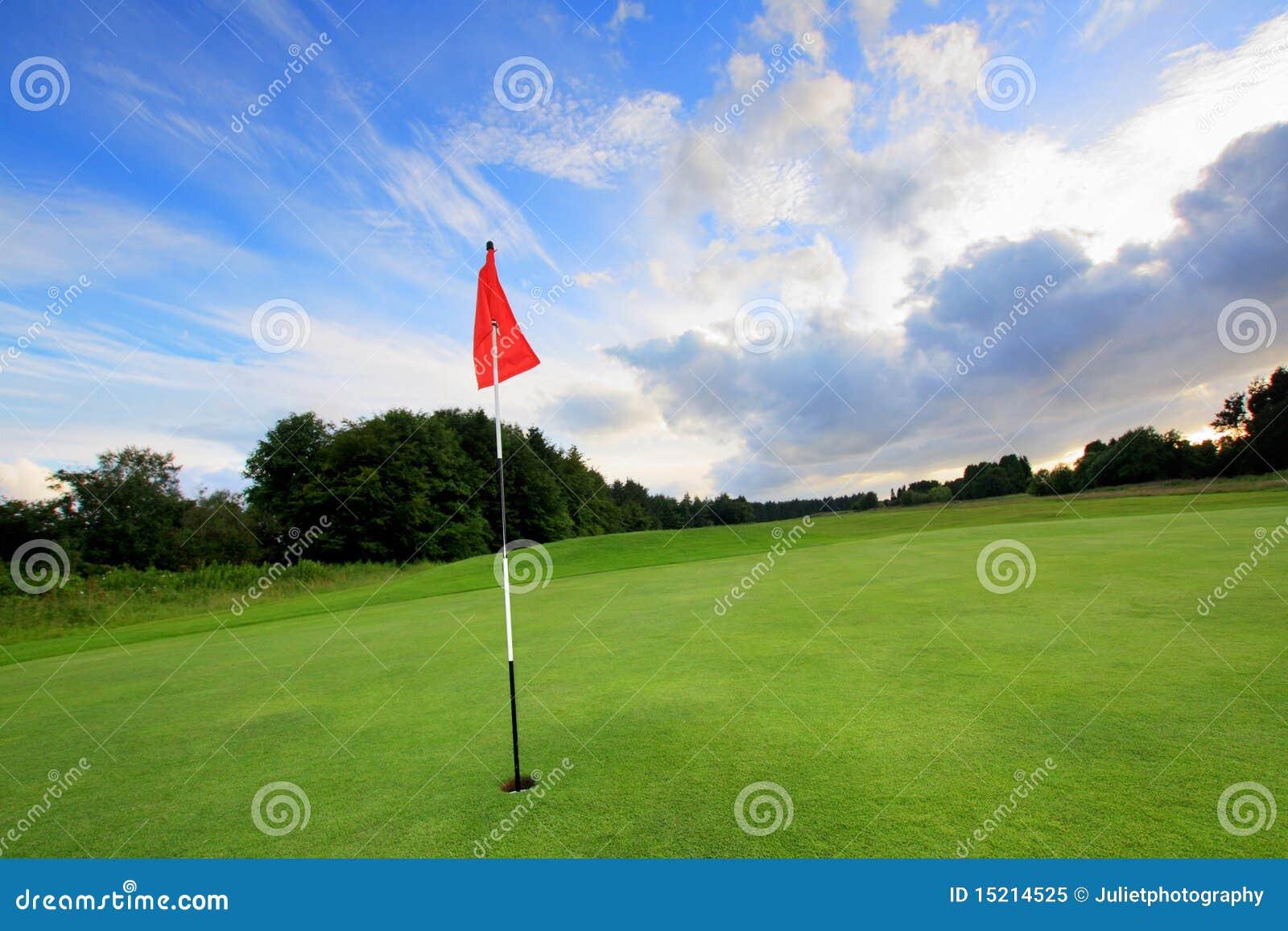 Campo de golfe com nuvens surpreendentes