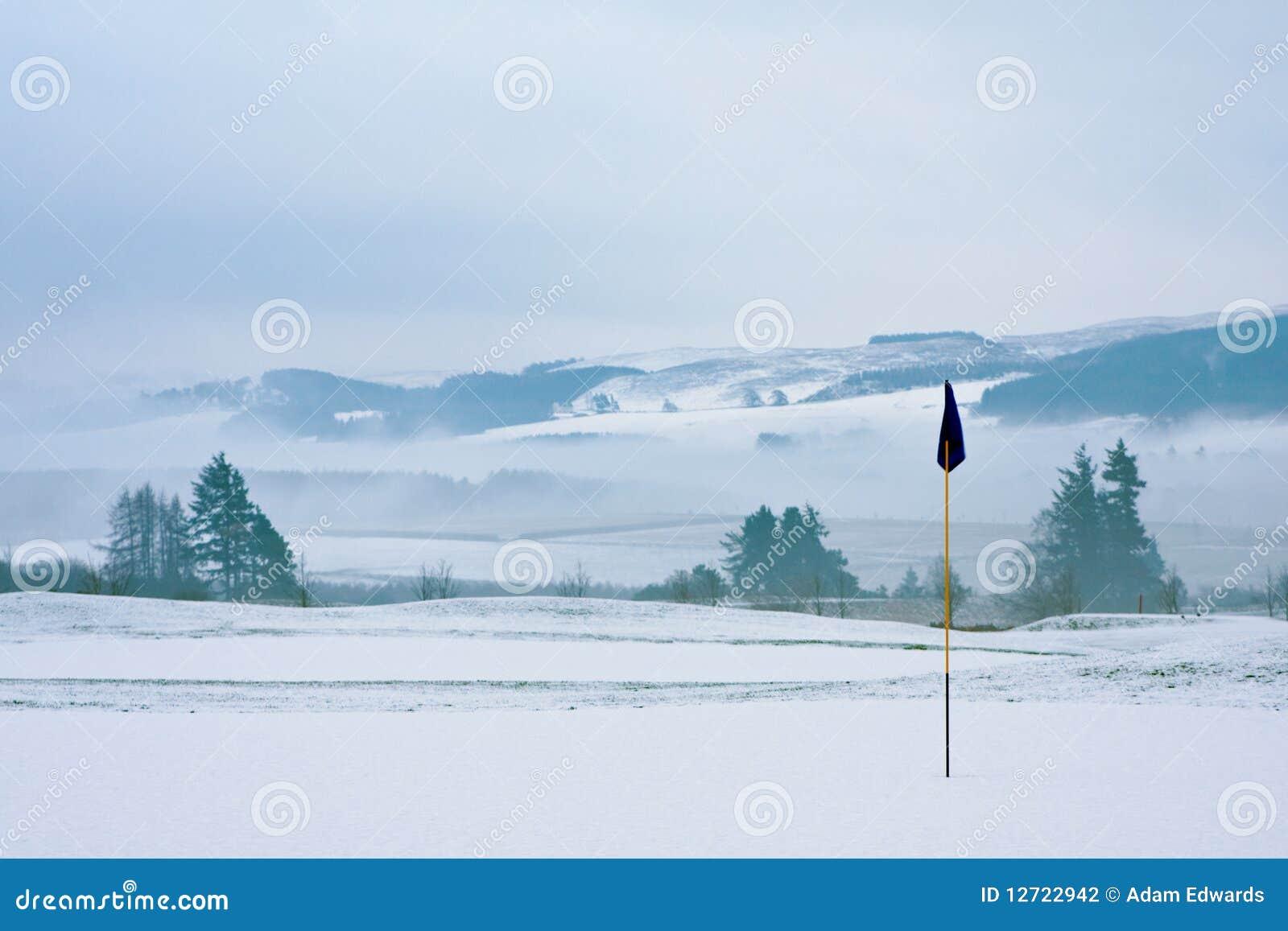 Campo de golfe em uma manhã nevado do inverno