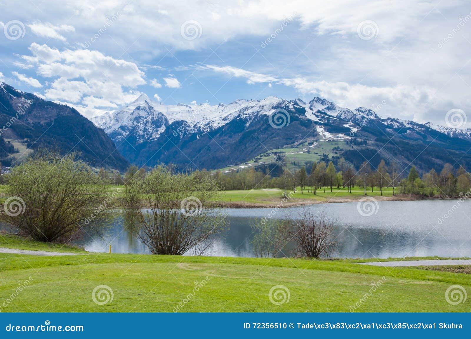 Campo de golfe nas montanhas