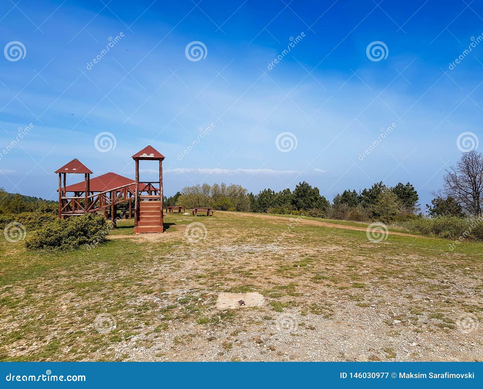 Campo de jogos em uma parte superior da montanha com o céu azul bonito