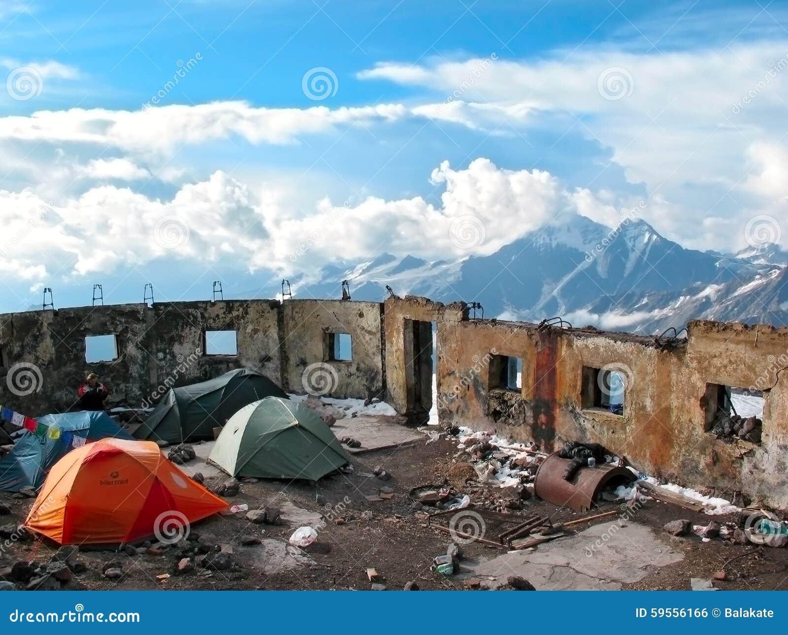Campo de la tienda en la cuesta del monte Elbrus El Cáucaso, Rusia