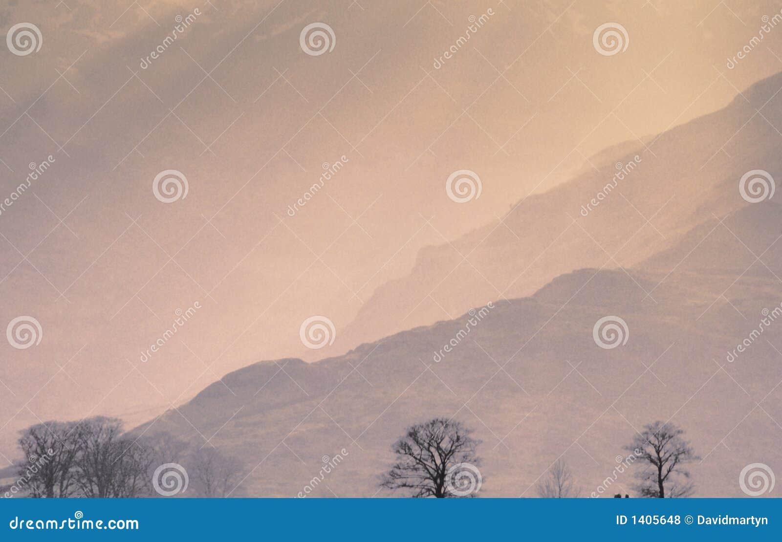 Campo del país de la calina del sol de la niebla de la niebla de las montañas escénico