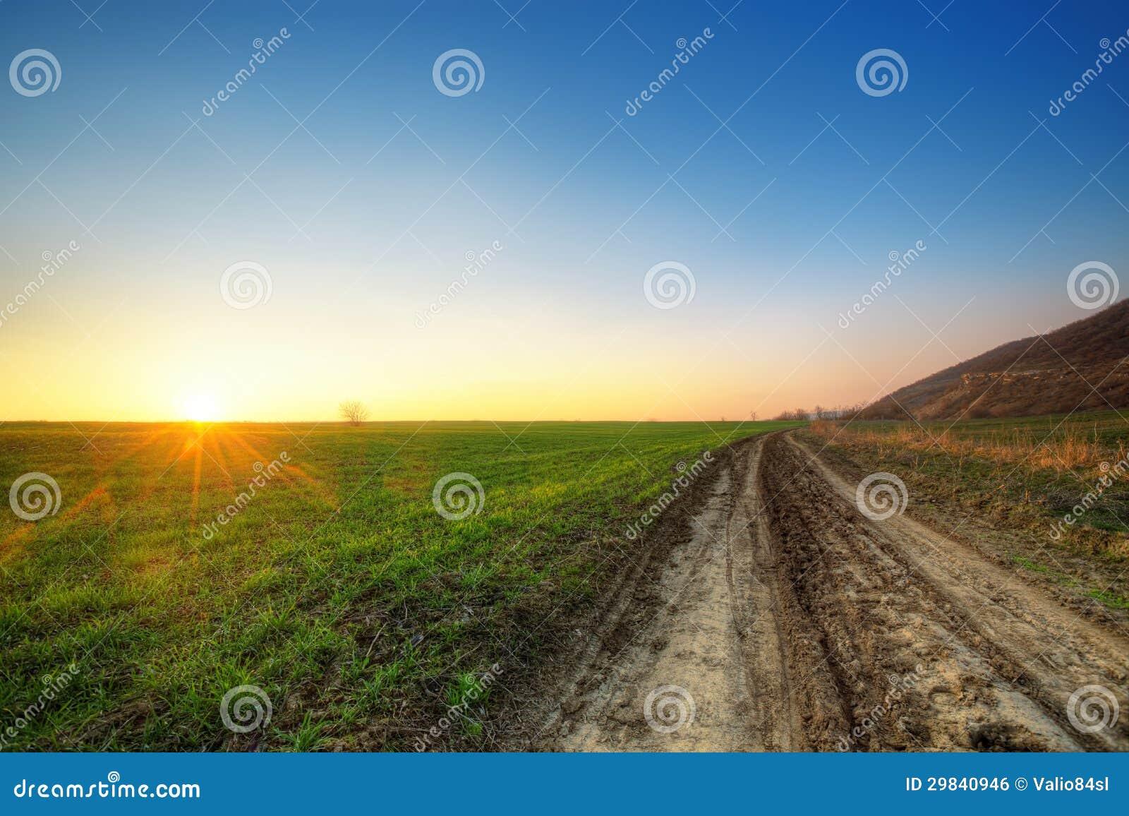 Por do sol e campo verde