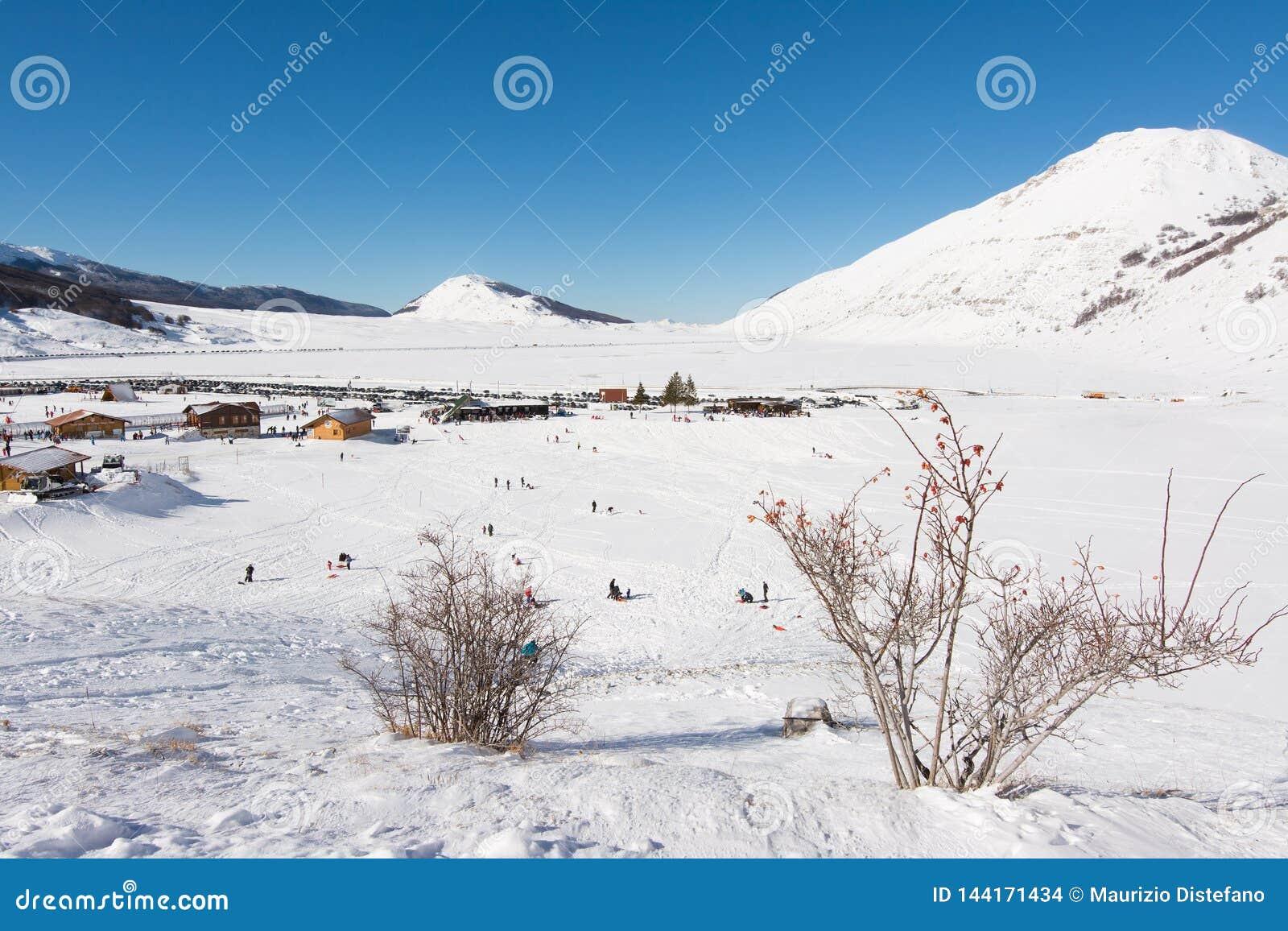 CAMPO FELICE, ITALIEN - 14. Januar 2017: berühmtes Skiort in Abruzzo, auf den Apennines-Bergen, einige Kilometer von Rom
