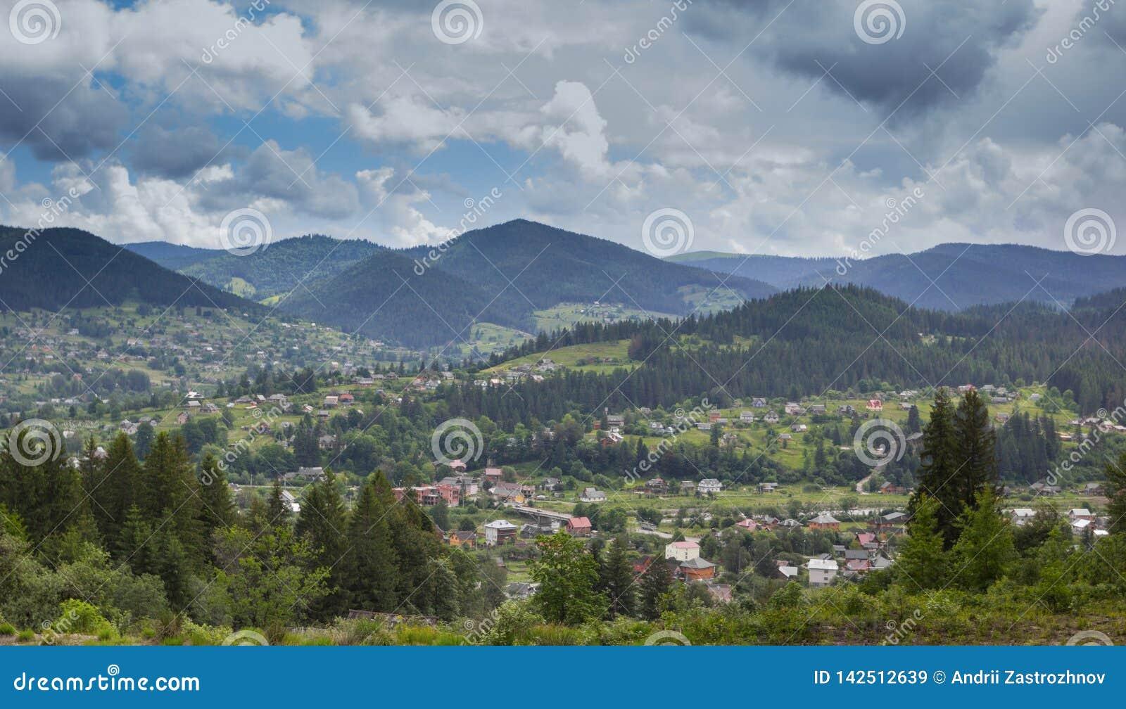 Campo nas montanhas de Karpaty Vista da vila