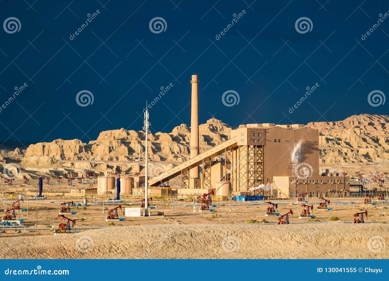 Campo petrolífero ventoso de la ciudad