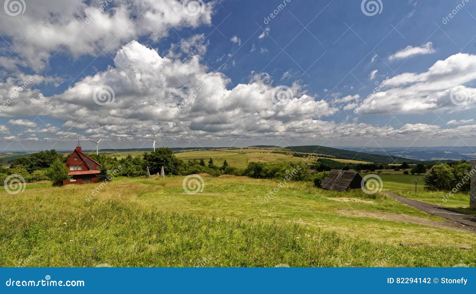 Campos y prado verdes alrededor de una estructura de madera