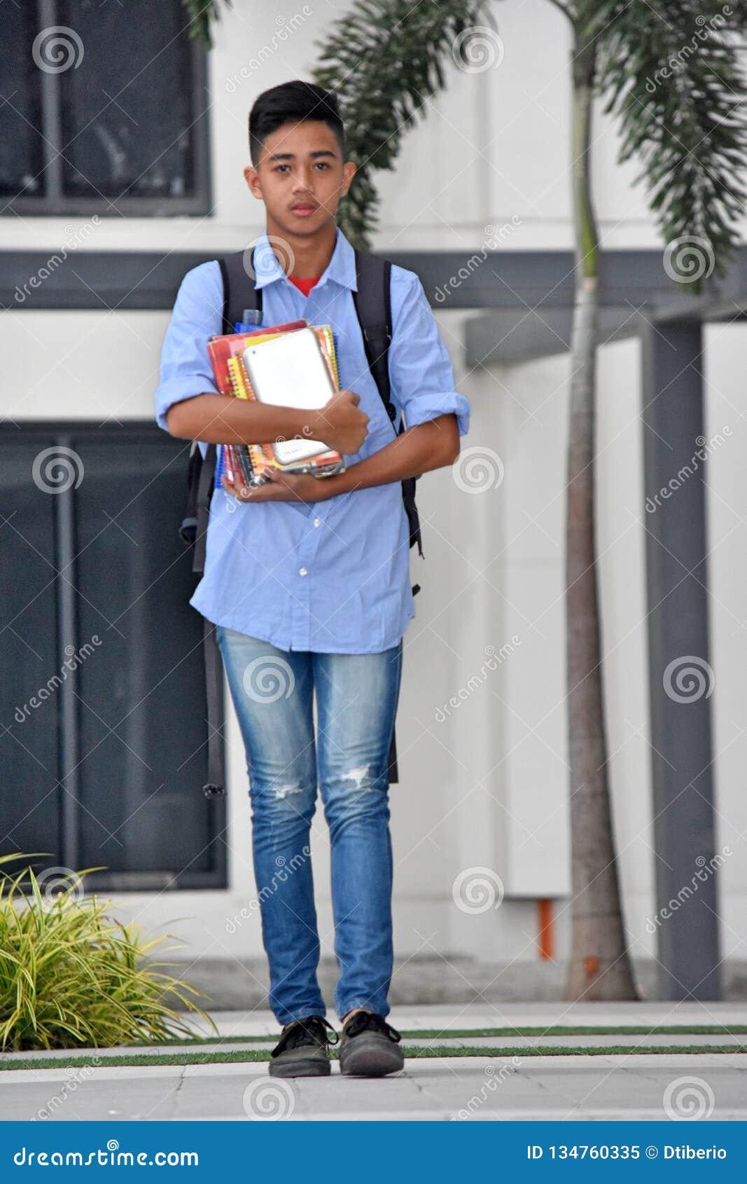Campus impassible de Teen Walking On d étudiant