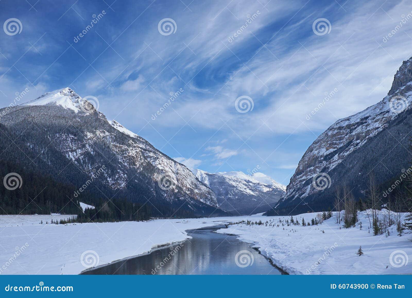 Canadá Rocky Mountains com rio e reflexões