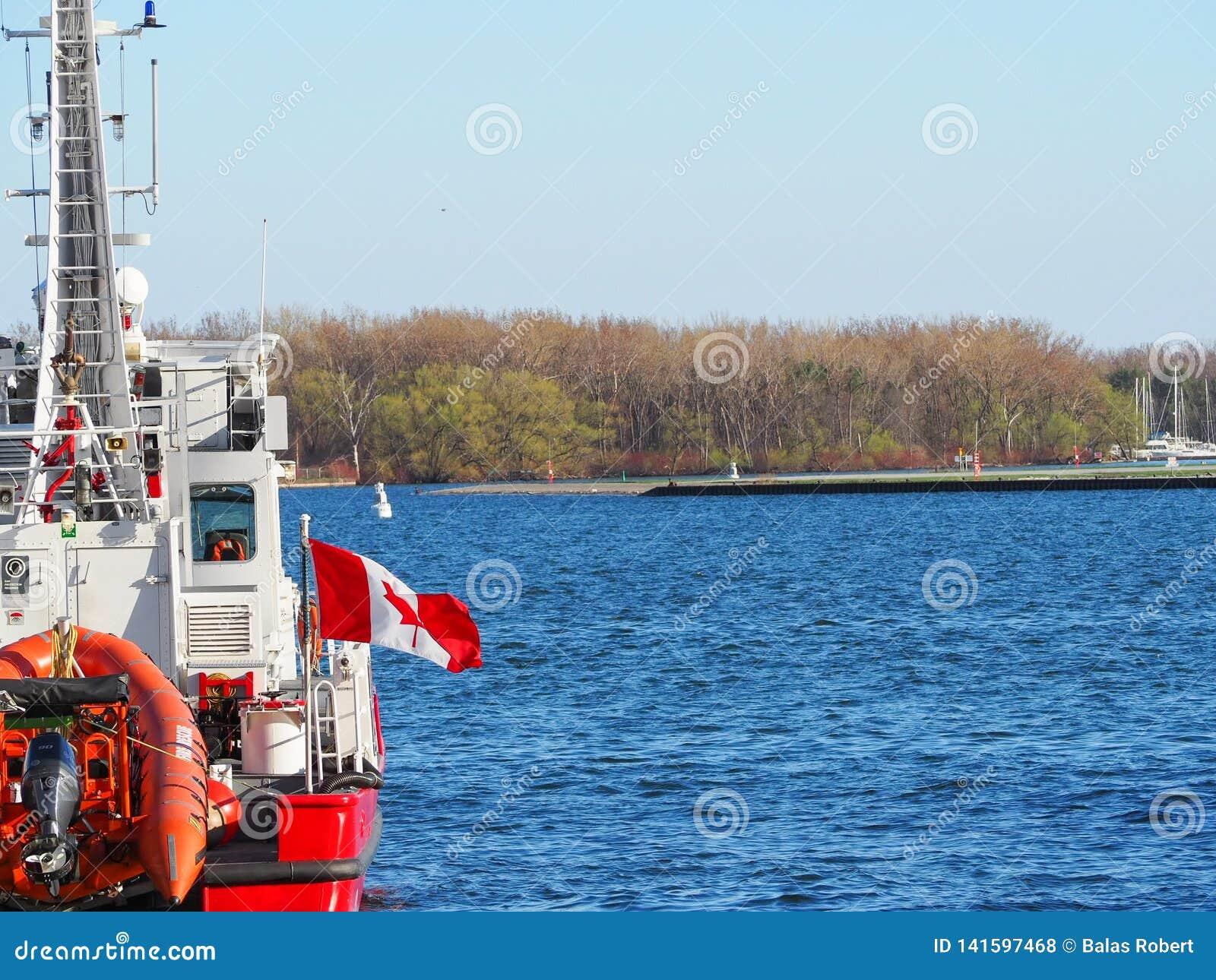 Canadese brandweerkorpsboot die op zonnige dag wordt gedokt