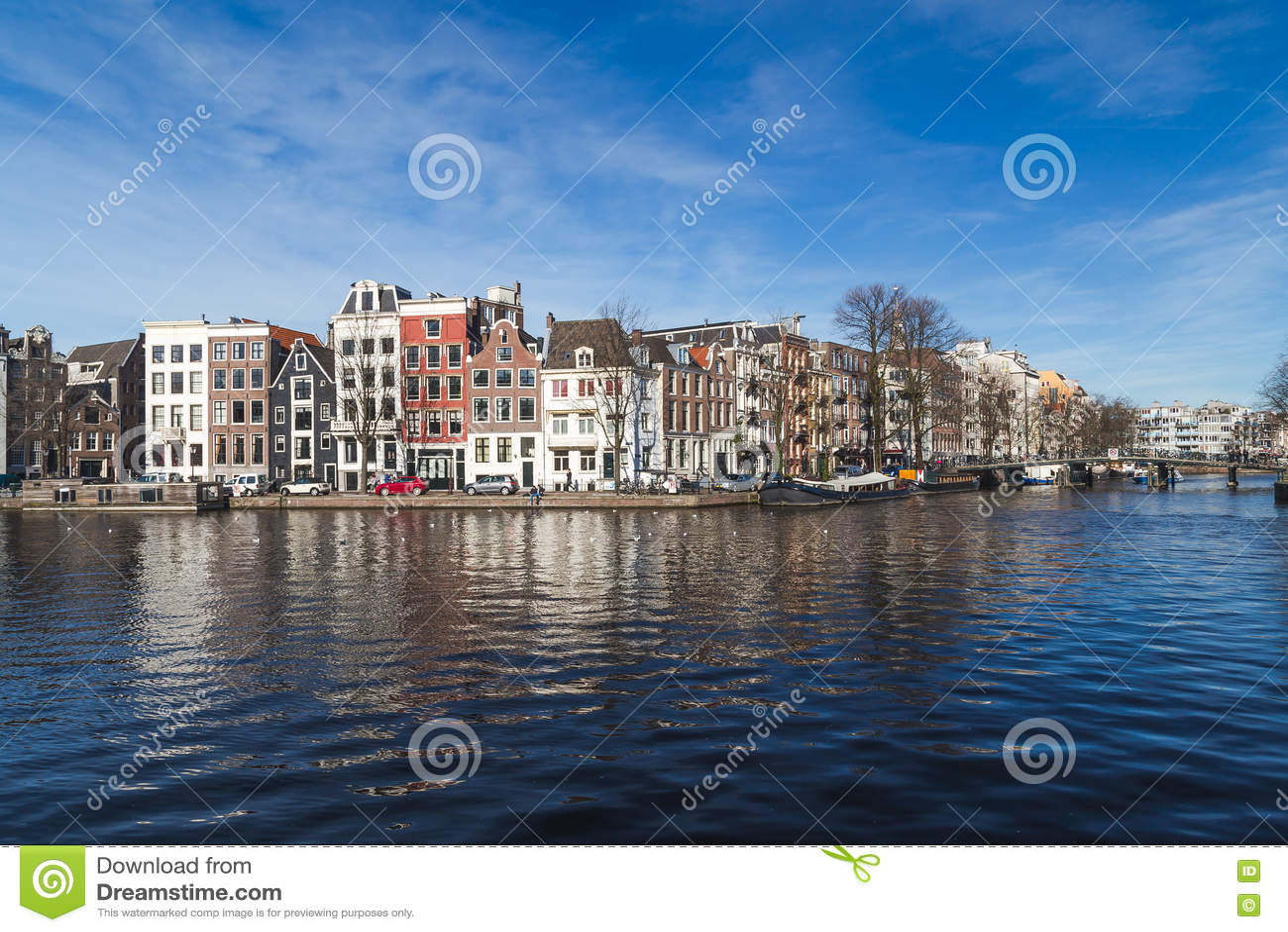 Canais em Amsterdão durante o dia