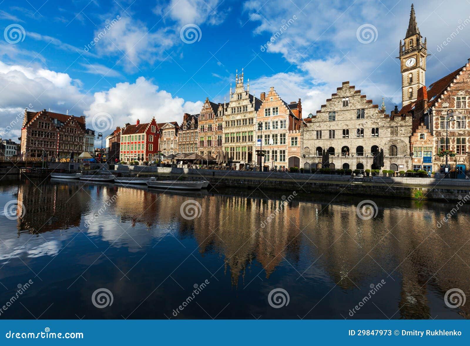 Canal de Ghent e rua de Graslei. Ghent, Bélgica