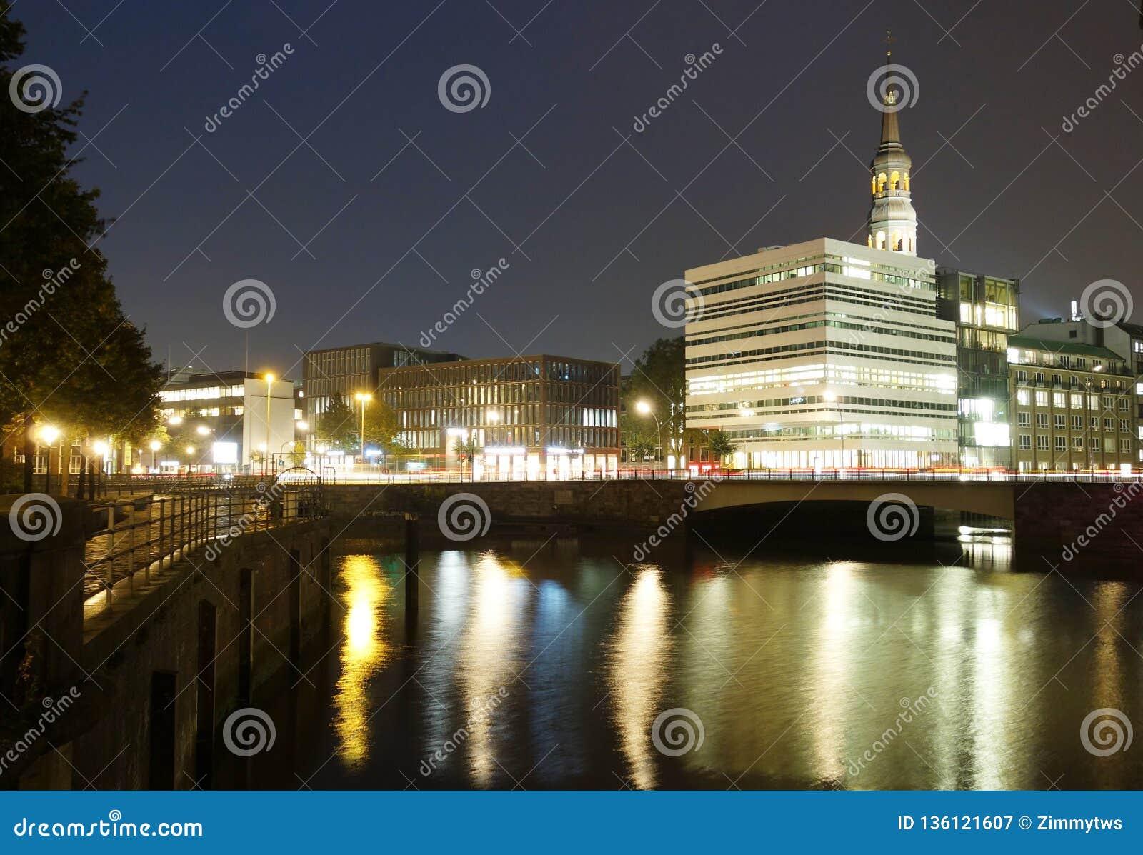 Canal de Hamburgo en la noche