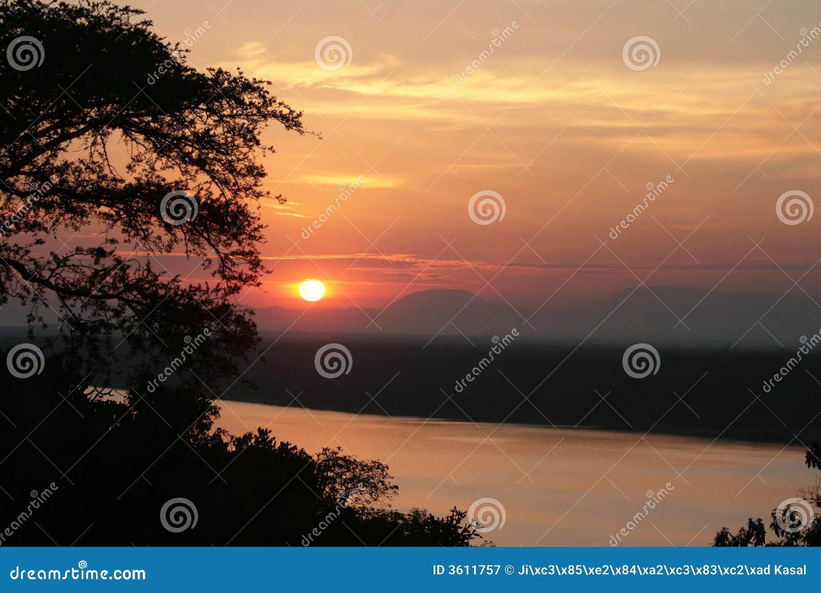 Canal de Kazinga do ower do por do sol, Uganda